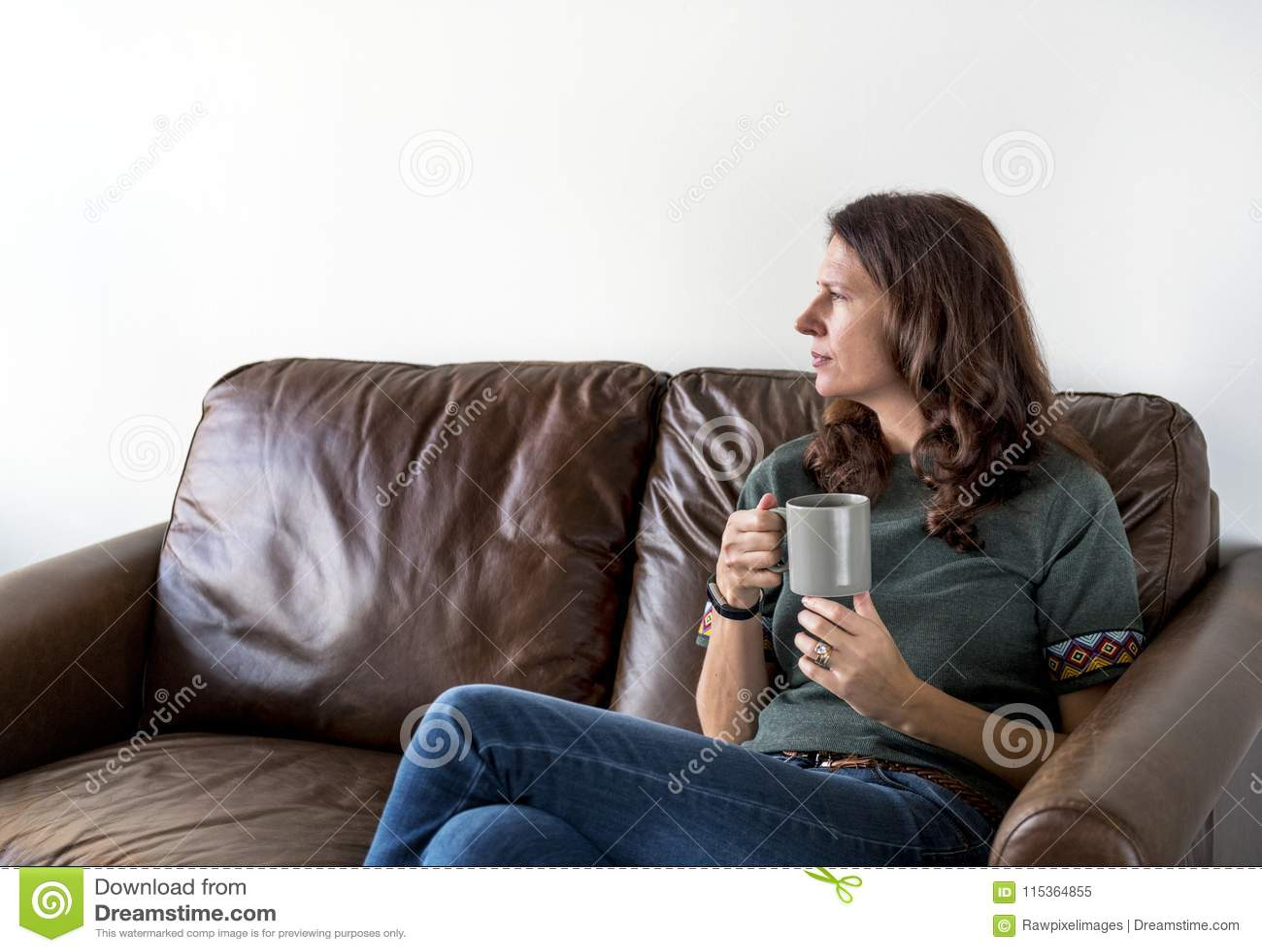 Té de consumición o café de la mujer pensativa