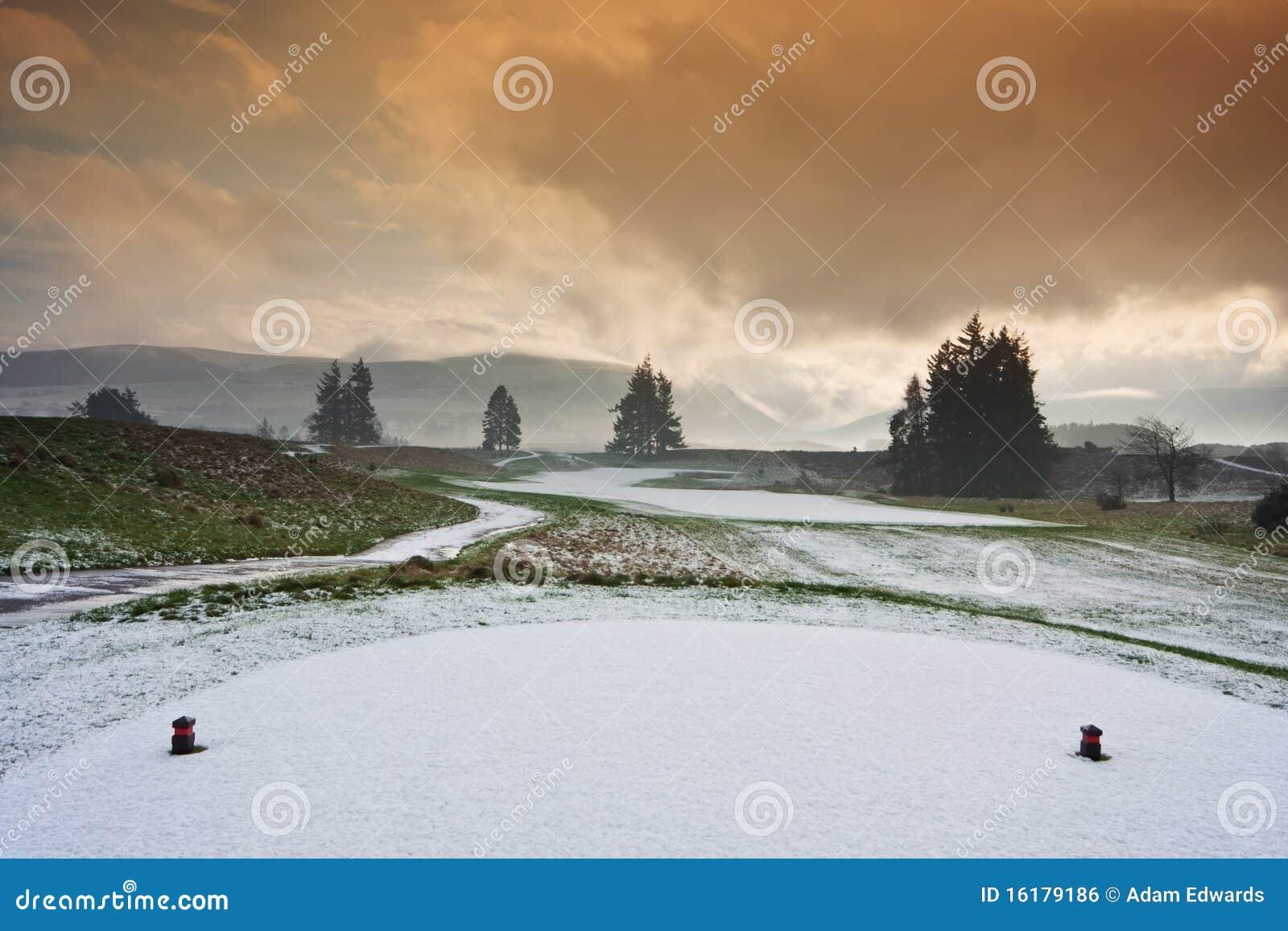 Té sur un terrain de golf neigeux