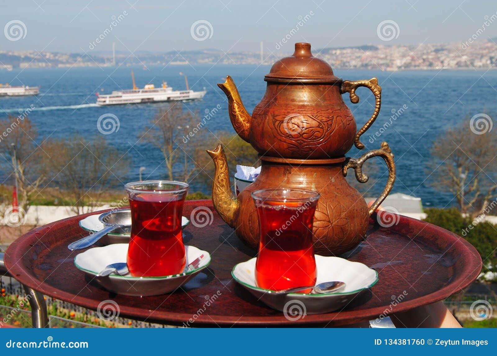 Té turco con una visión sobre el Bosphorus en Estambul