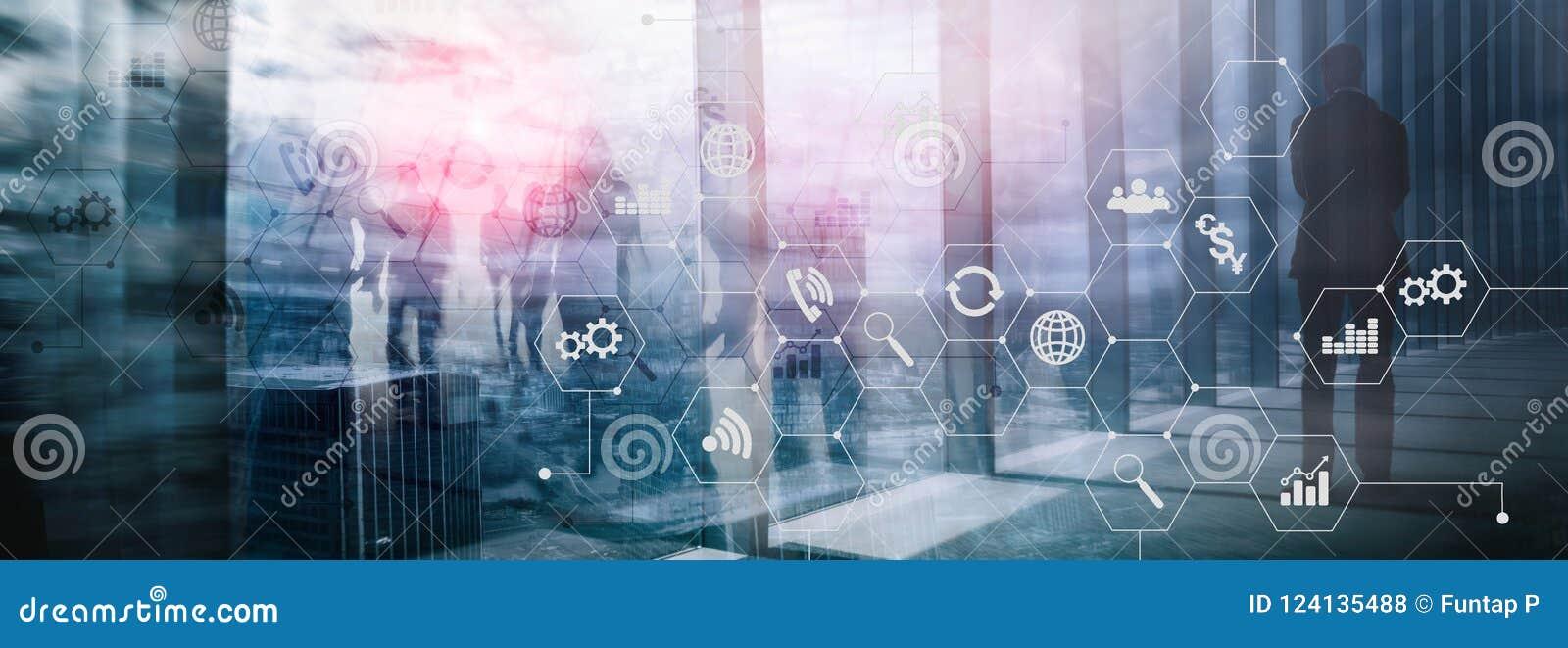 Técnicas mixtas de la exposición doble Diagramas e iconos en la pantalla del holograma Hombres de negocios y ciudad moderna en fo