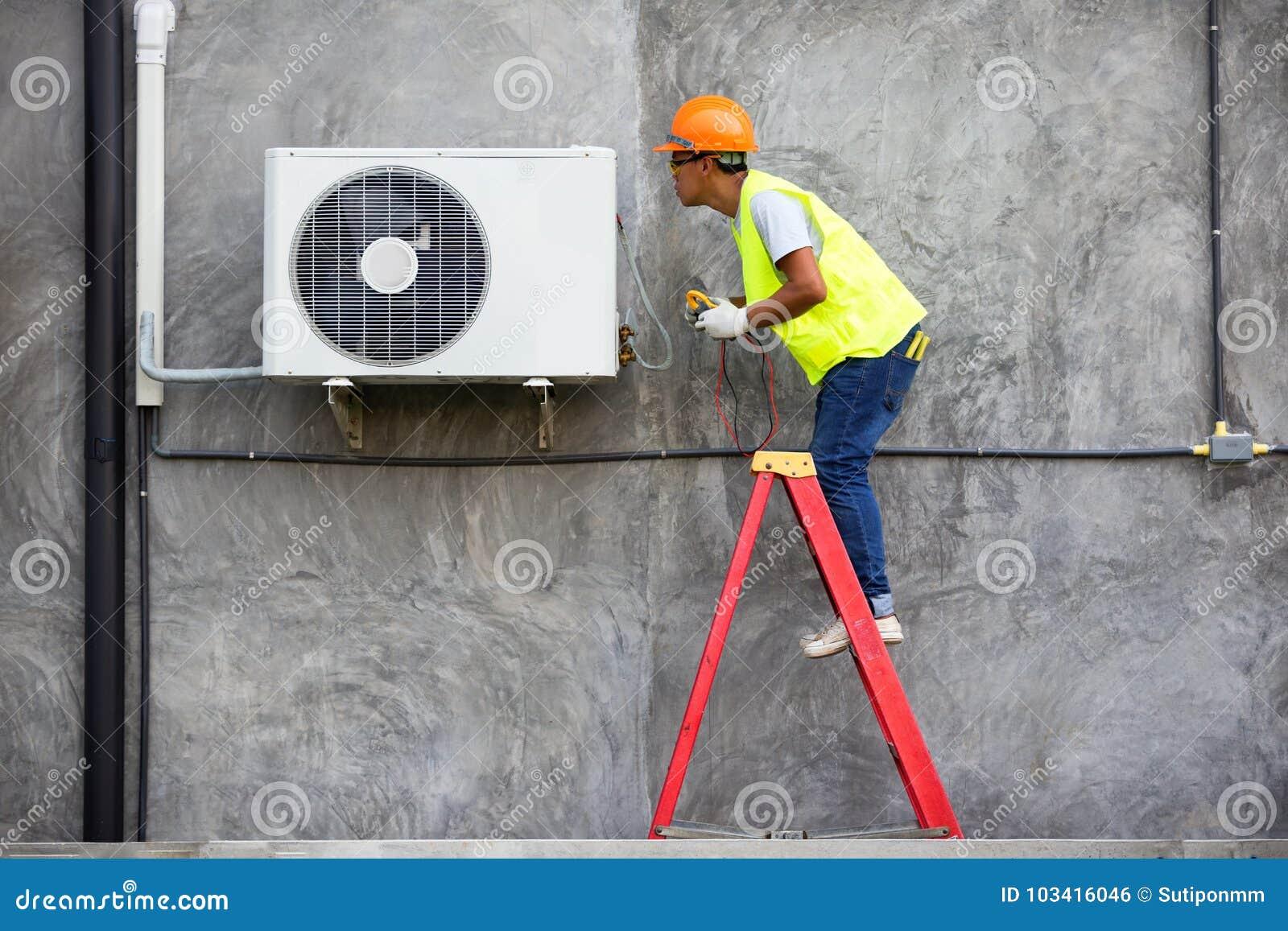 Técnico Checking Air Conditioner