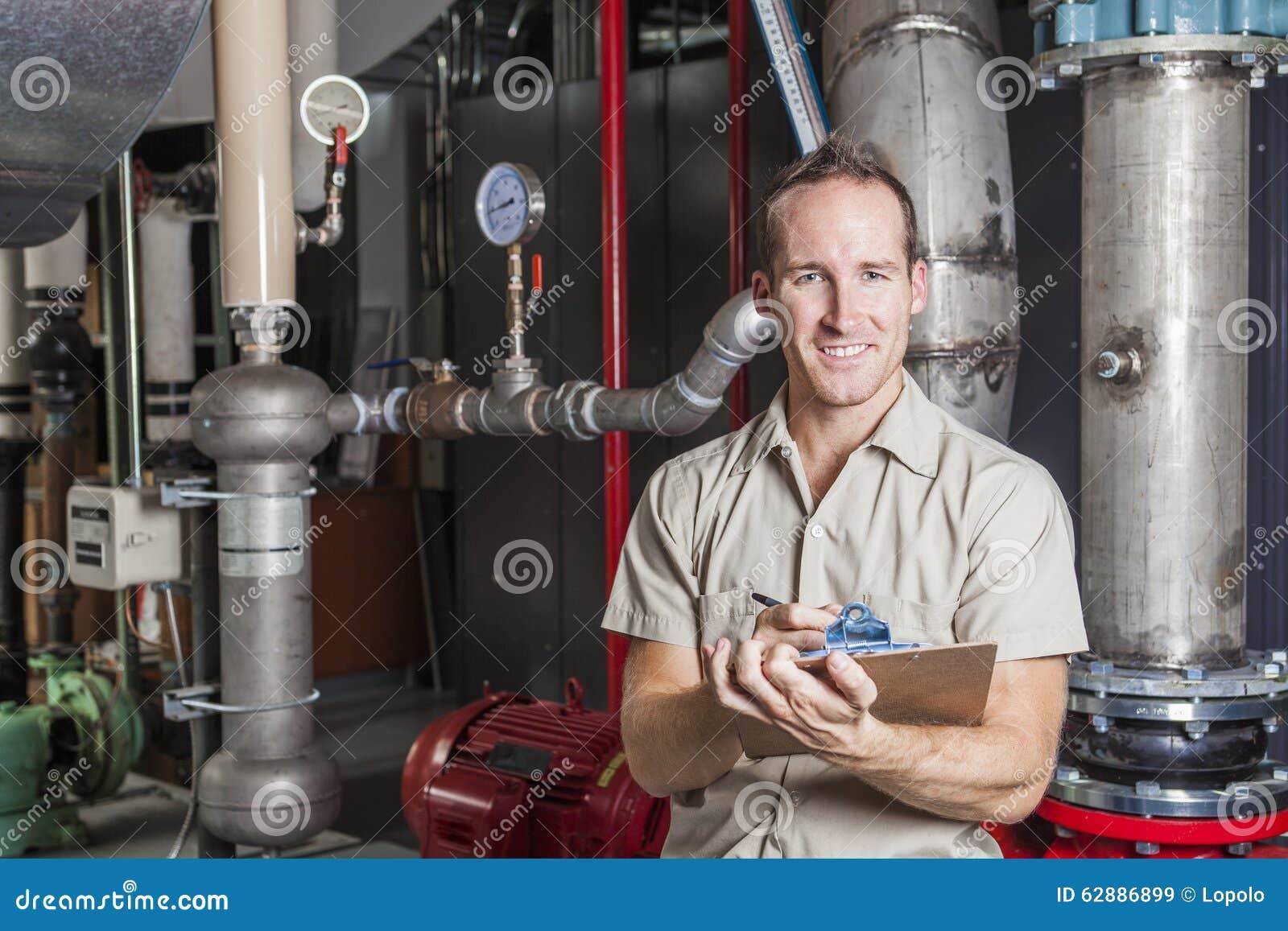 Técnico que inspeciona o sistema de aquecimento na caldeira