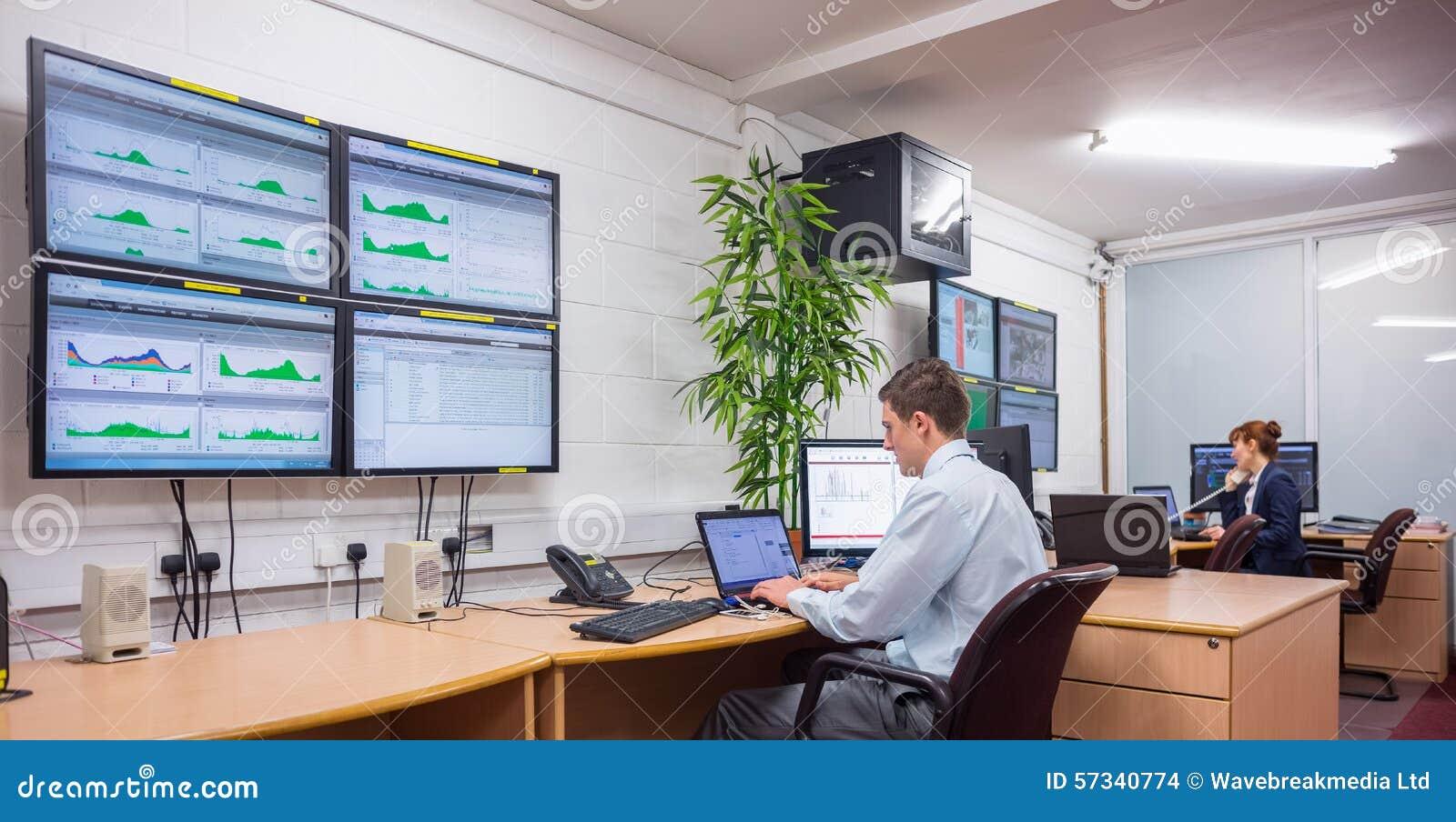 Técnico que se sienta en diagnósticos corrientes de la oficina