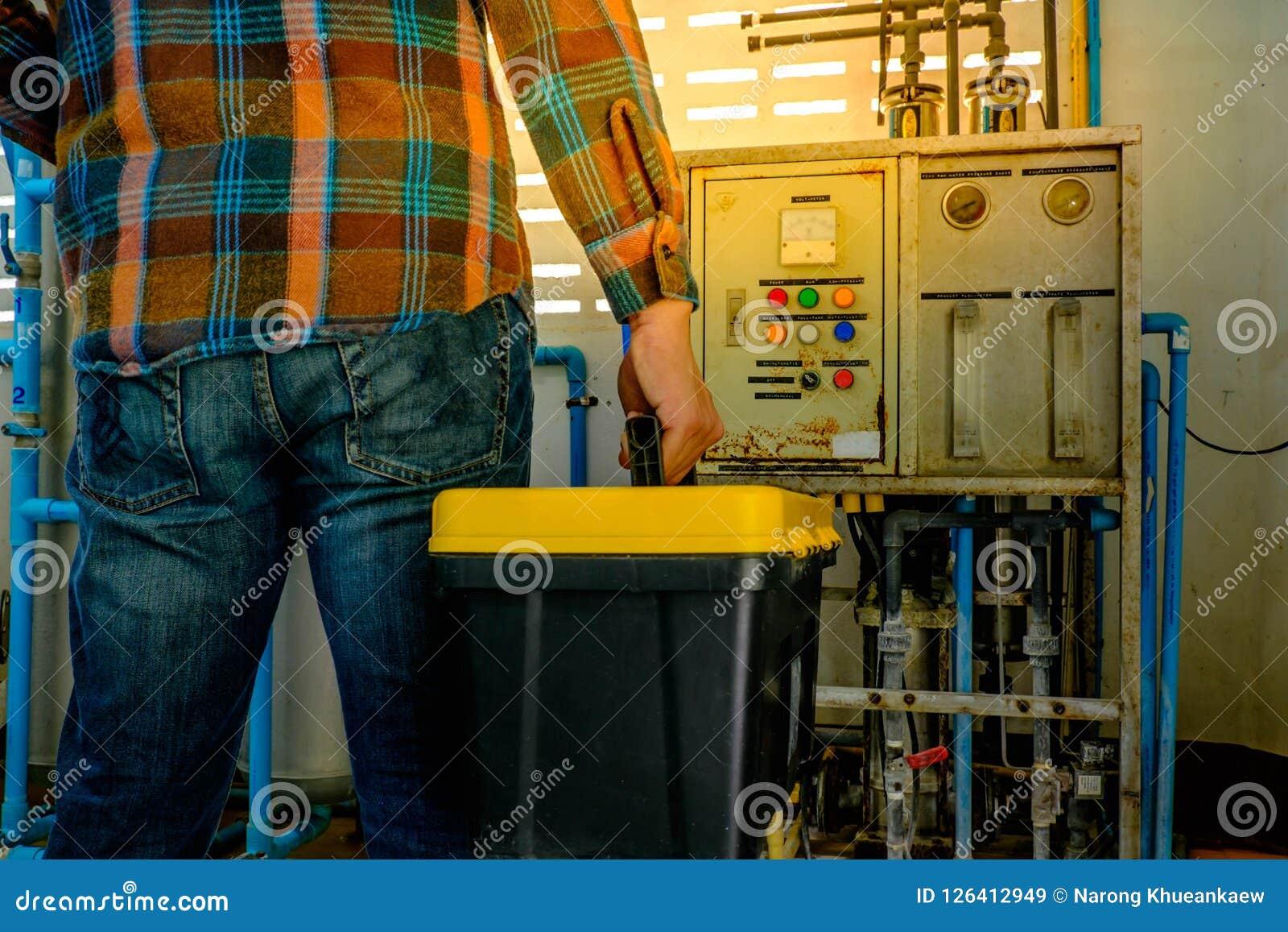 Técnico y caja de herramientas
