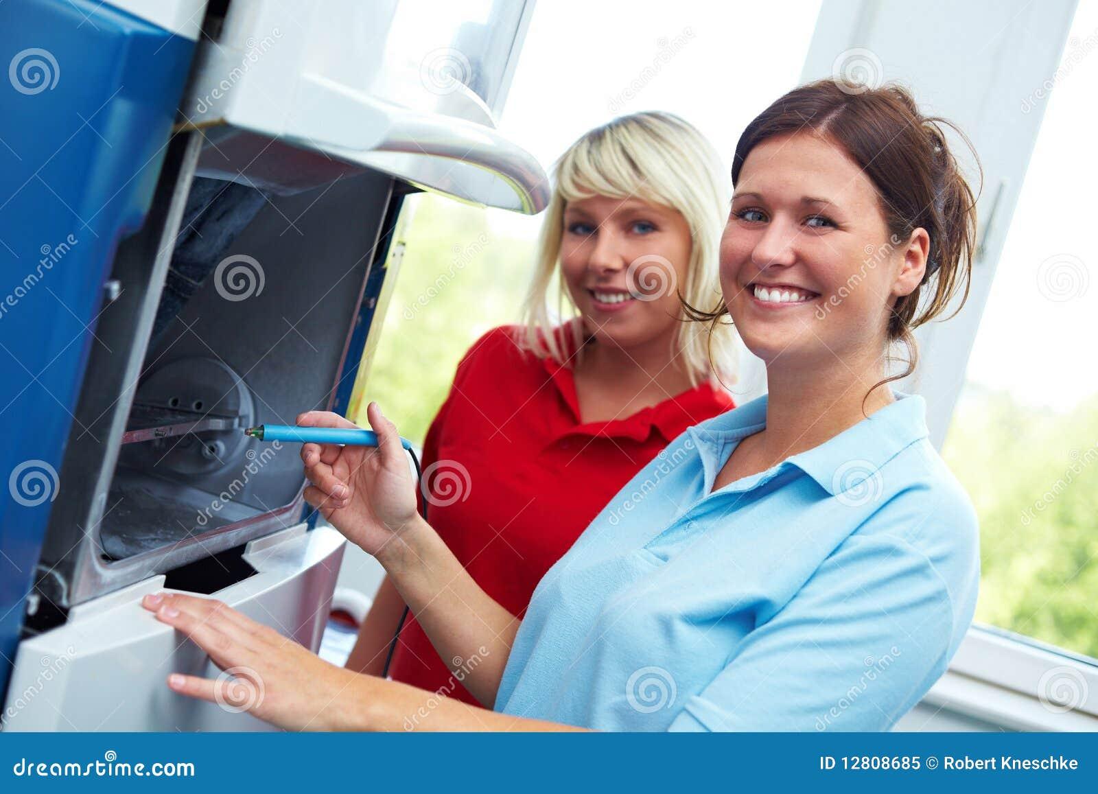 Técnicos dentais em um CAD-CAM