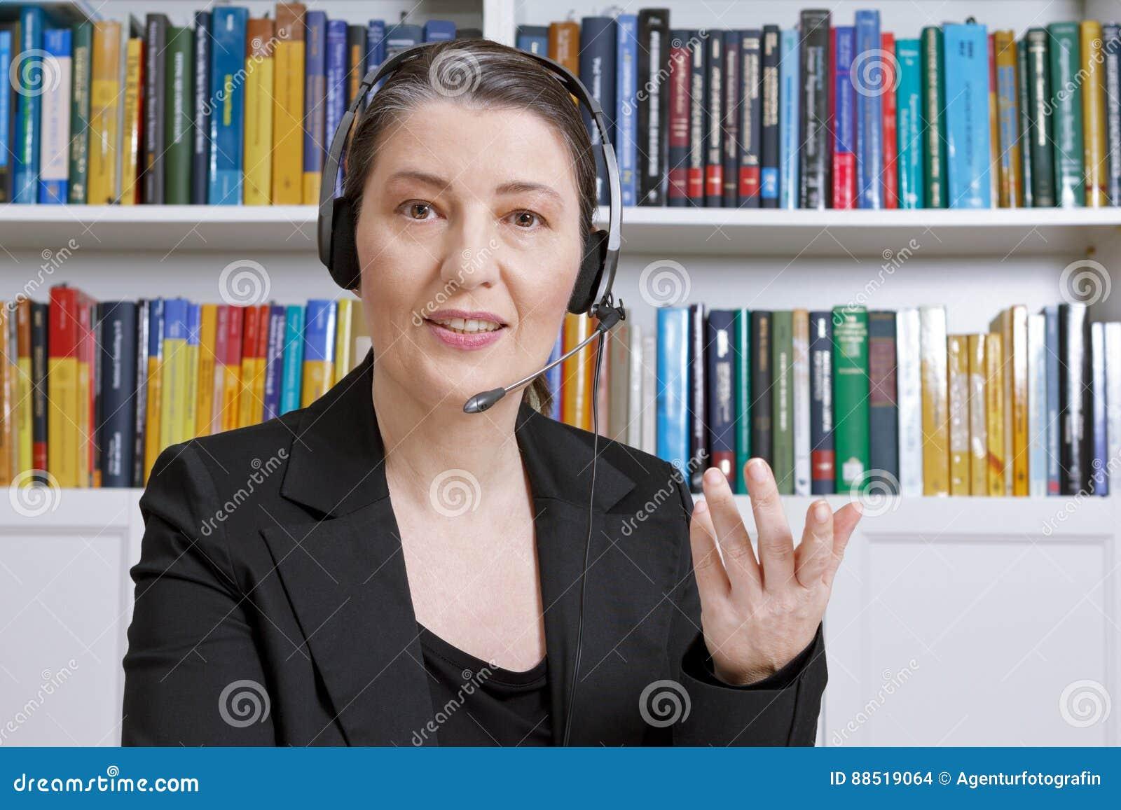 Téléapprentissage de livres de bureau de casque de femme
