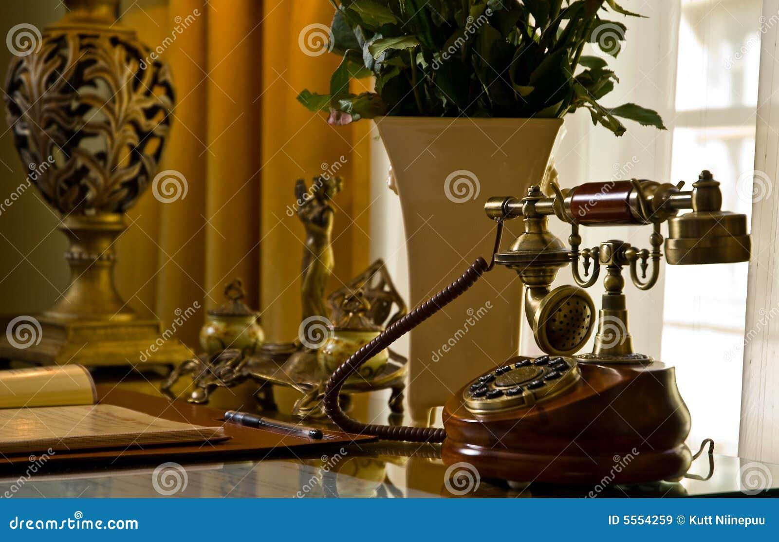 Téléphone antique sur un bureau