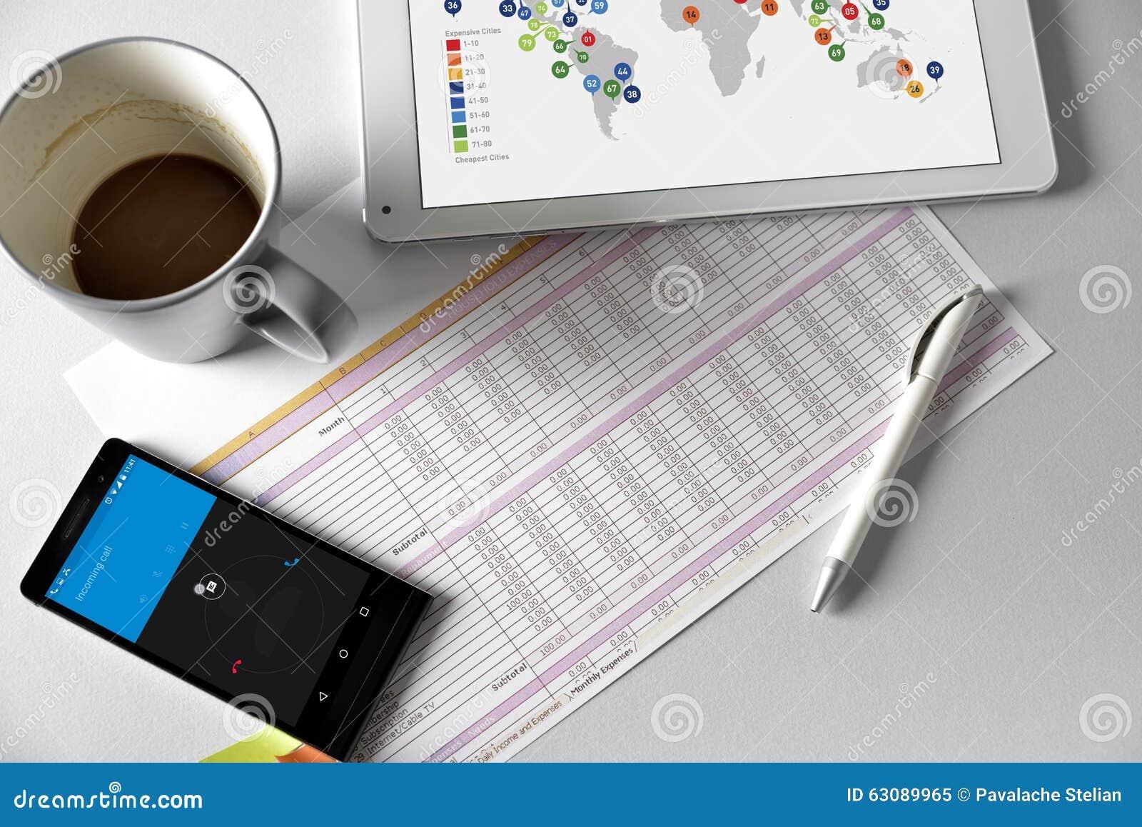 Download Téléphone, Comprimé Et Café Sur Une Table En Bois Image stock - Image du supplémentaire, over: 63089965