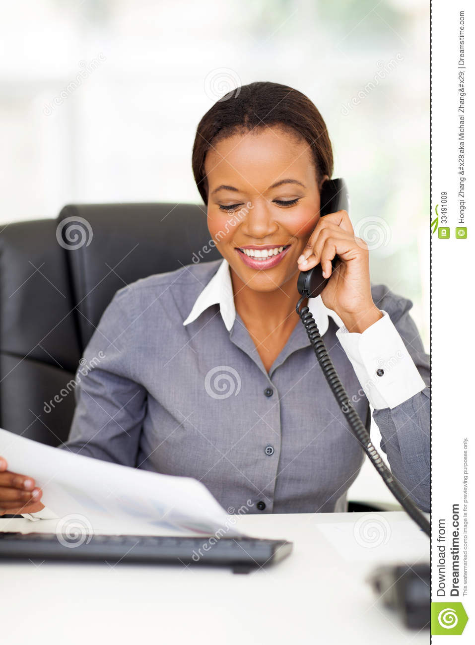 t l phone d 39 employ de bureau images libres de droits image 33491009