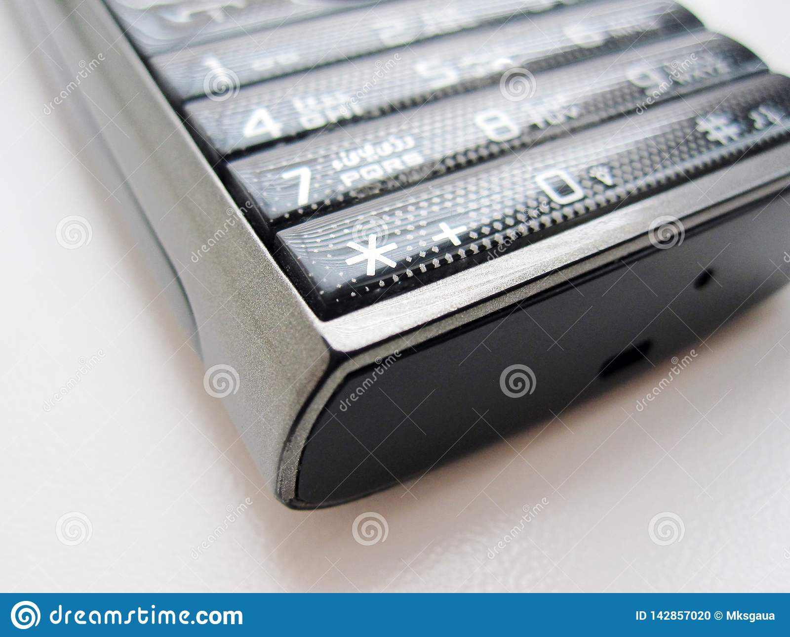 Téléphone de clavier sur un fond blanc
