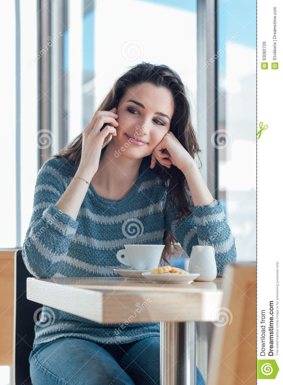 Download Téléphone De Fille Appelant Au Café Photo stock - Image du assez, biscuit: 63082726