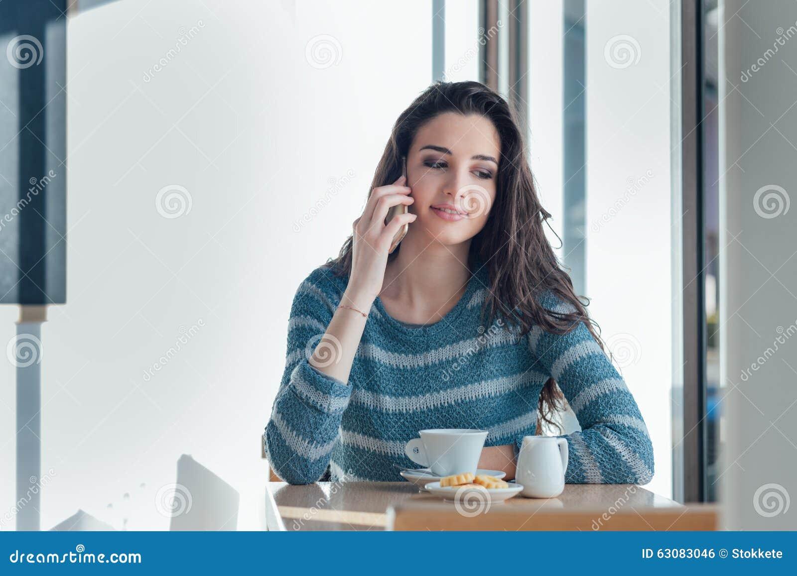Download Téléphone De Fille Appelant Au Café Photo stock - Image du café, cafétéria: 63083046