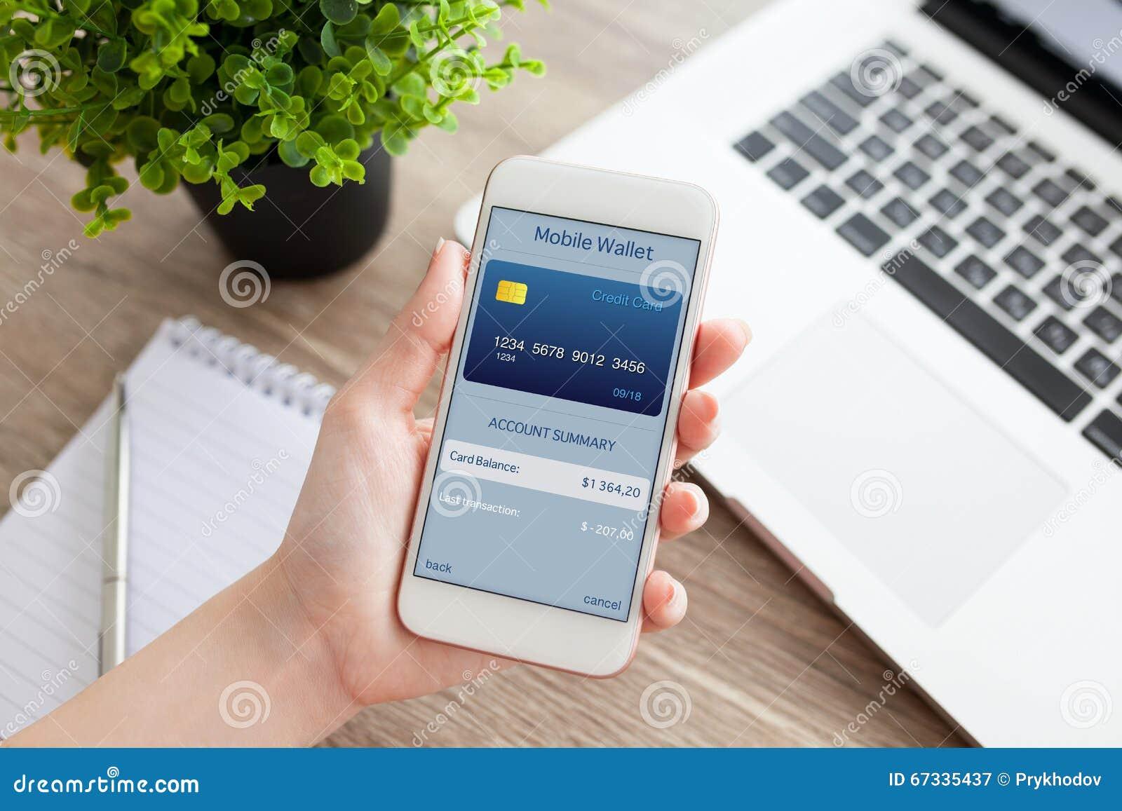 Téléphone femelle de participation de main avec le portefeuille mobile d APP sur l écran
