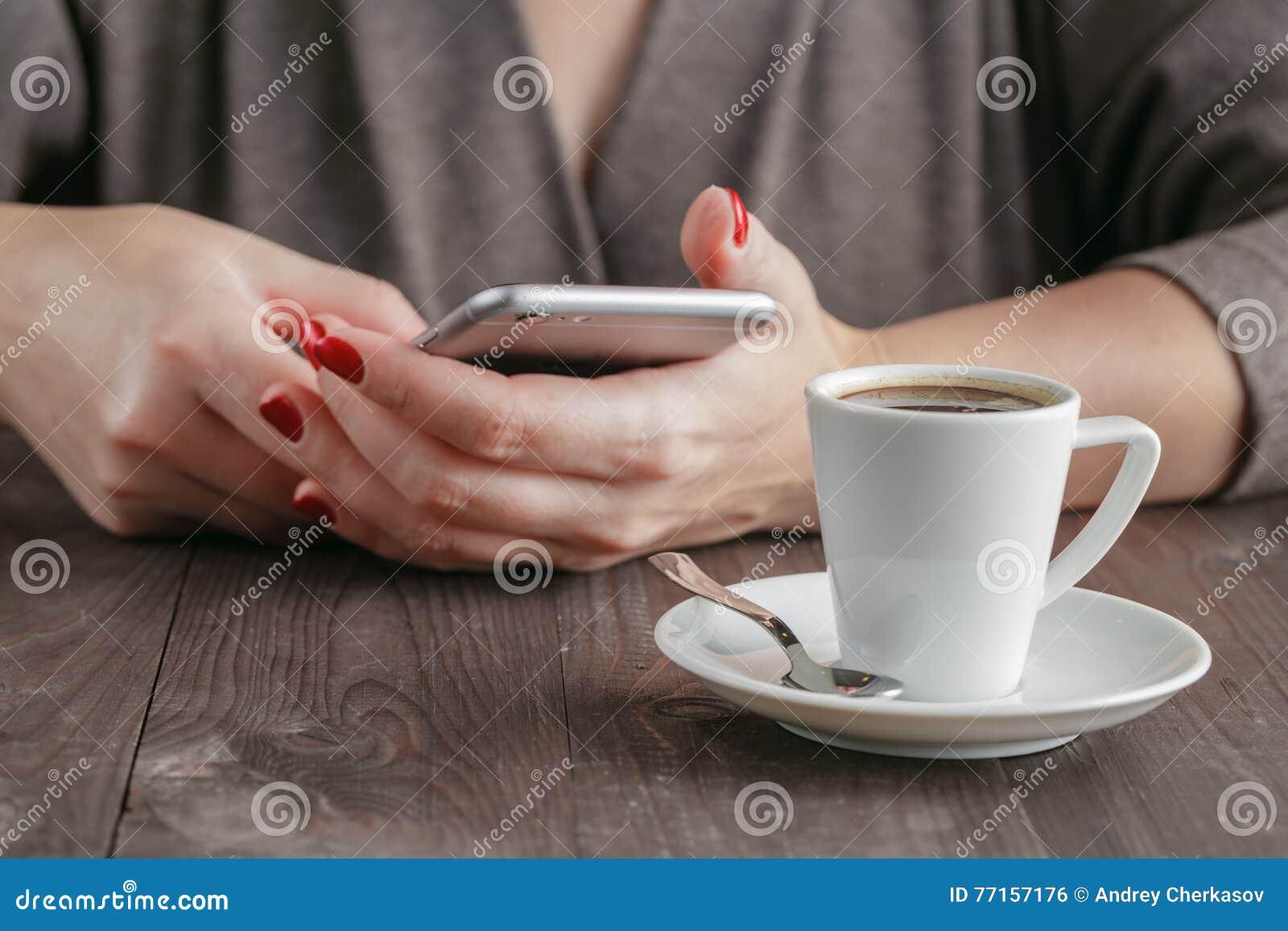 Téléphone intelligent chez des mains de la femme