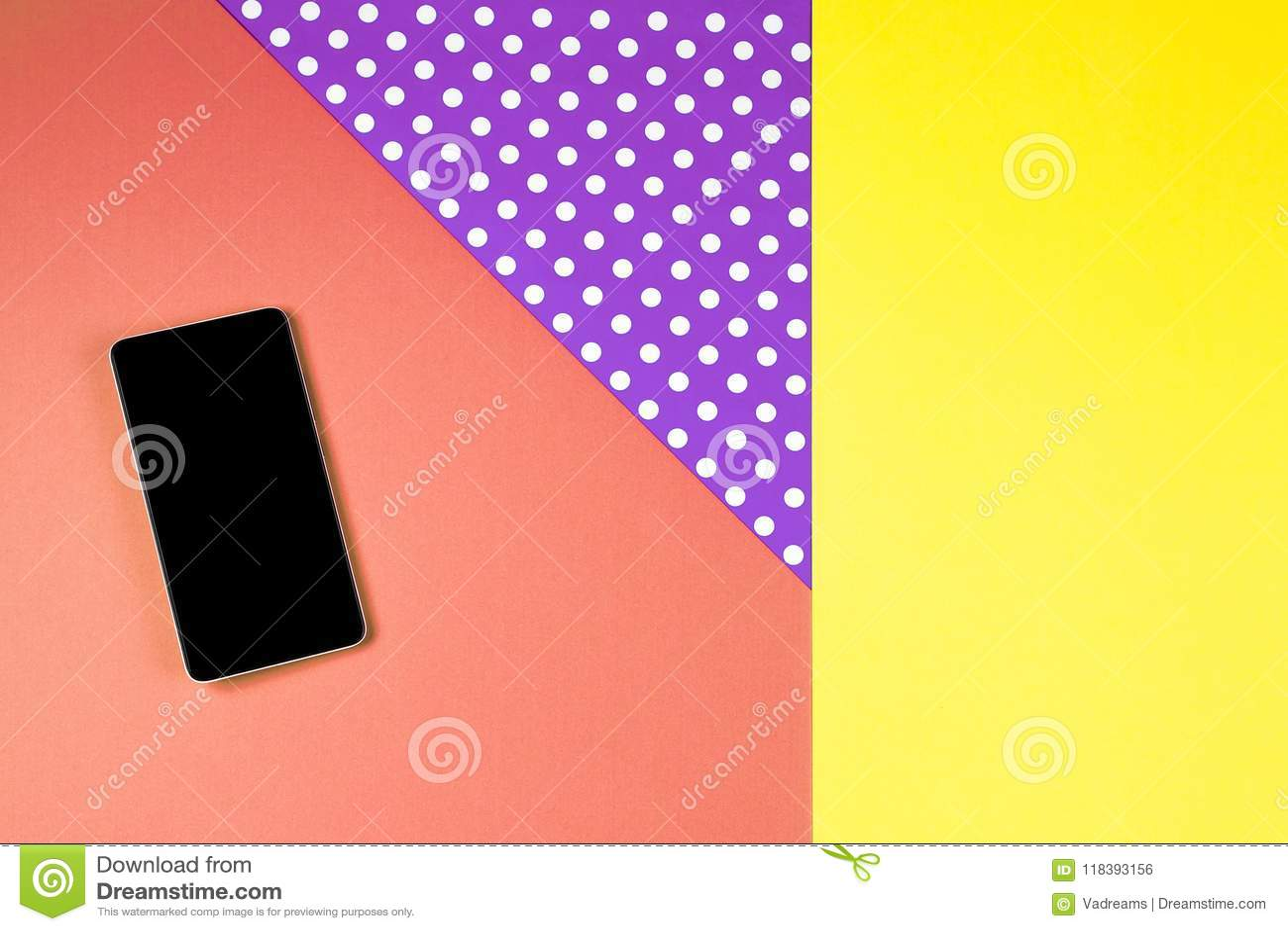 Téléphone intelligent se trouvant sur le fond coloré, vue supérieure