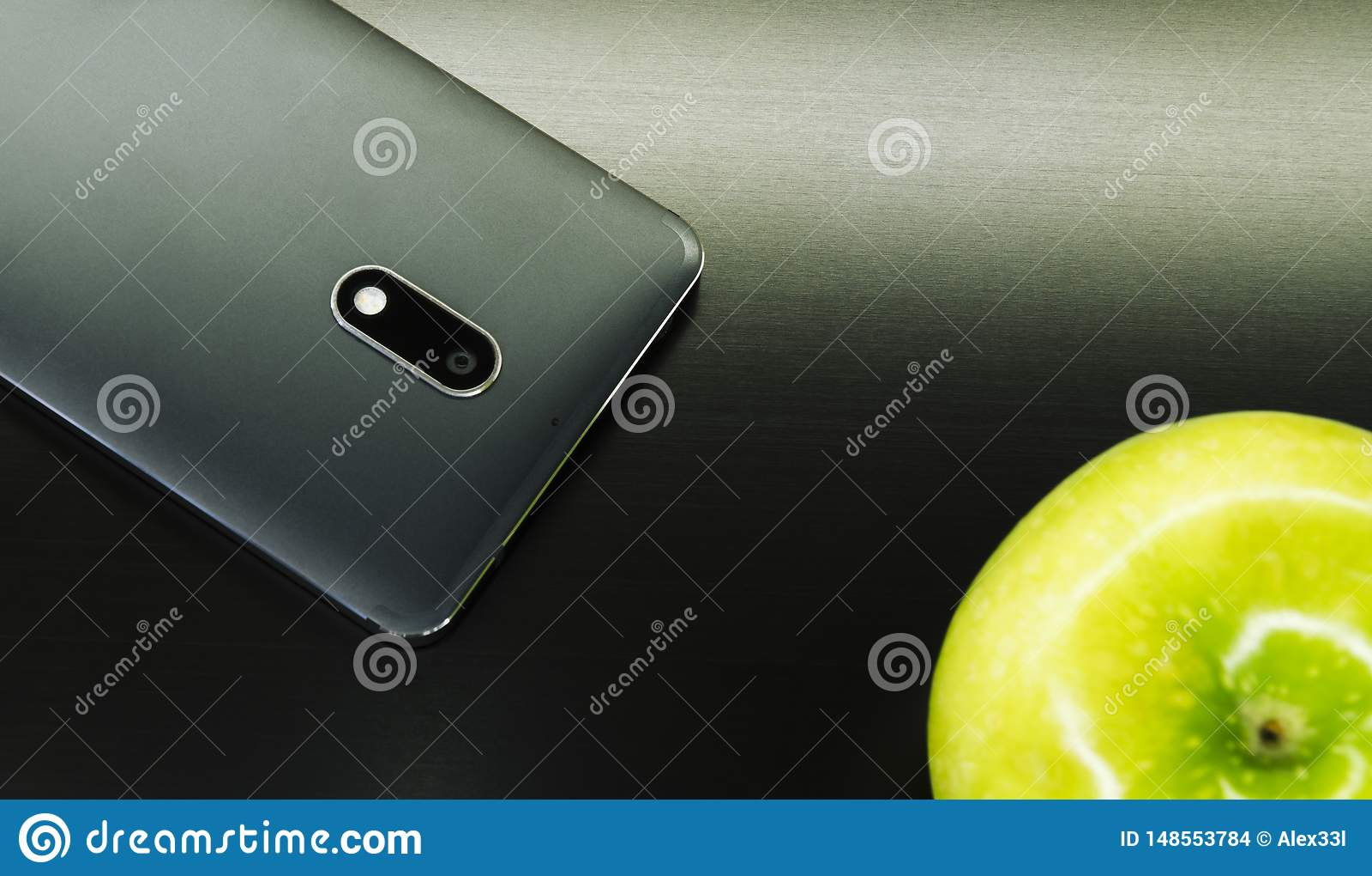 Téléphone noir avec une pomme verte