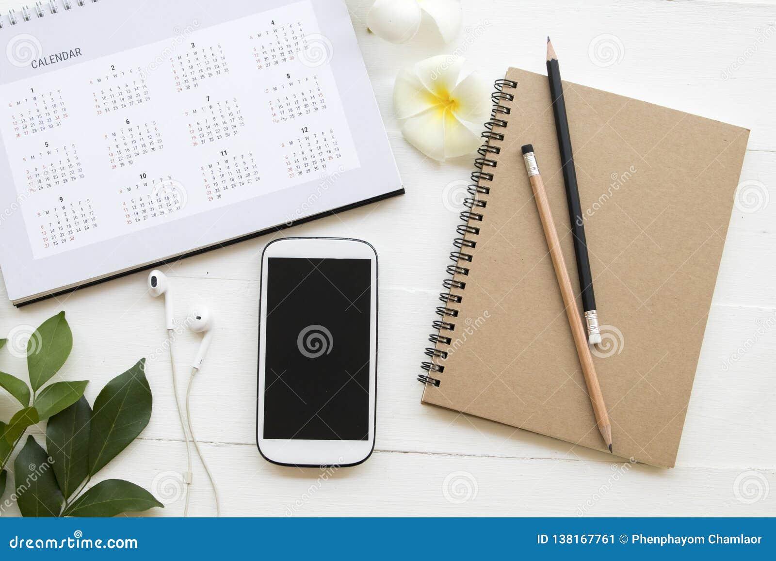Téléphone portable, carnet de note d écriture d étudiant pour l étude