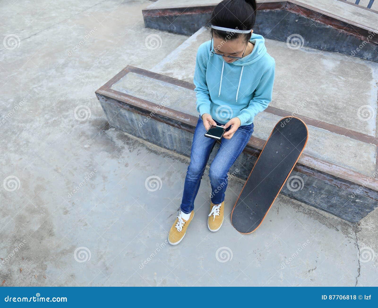 Téléphone portable d utilisation de planchiste au skatepark