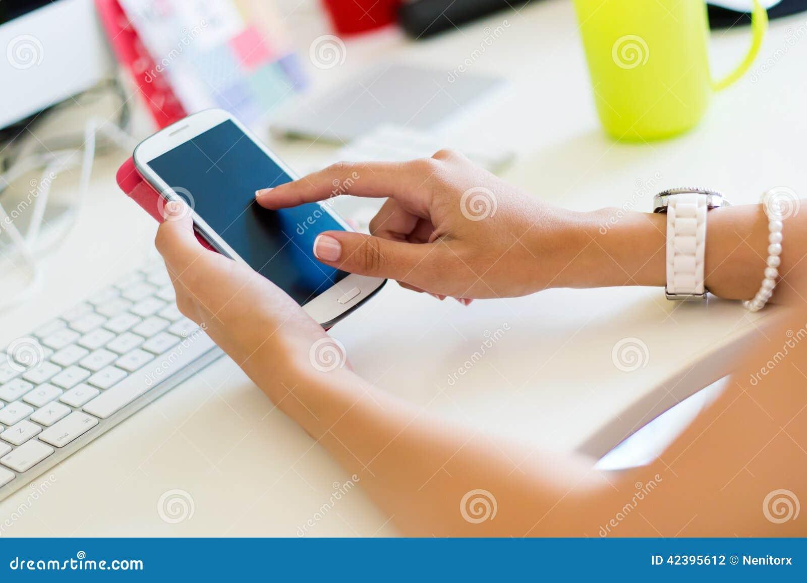 Téléphone portable dans la main d une femme Image d intérieur