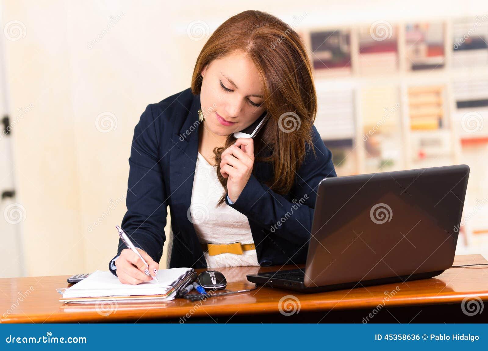 Téléphone portable de secrétaire Using