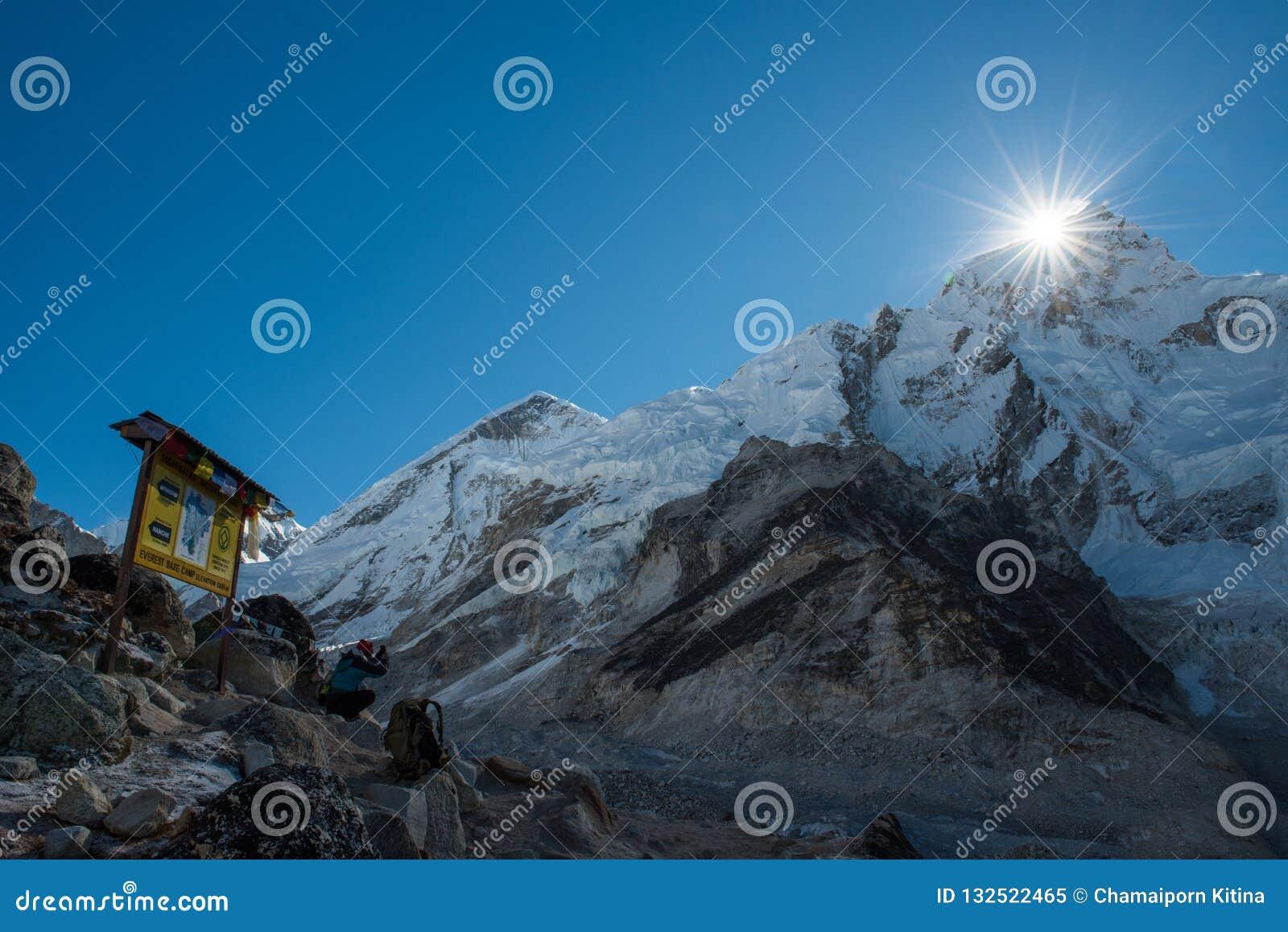 Téléphone portable intelligent d utilisation de trekker prenant la photo de la montagne d everest