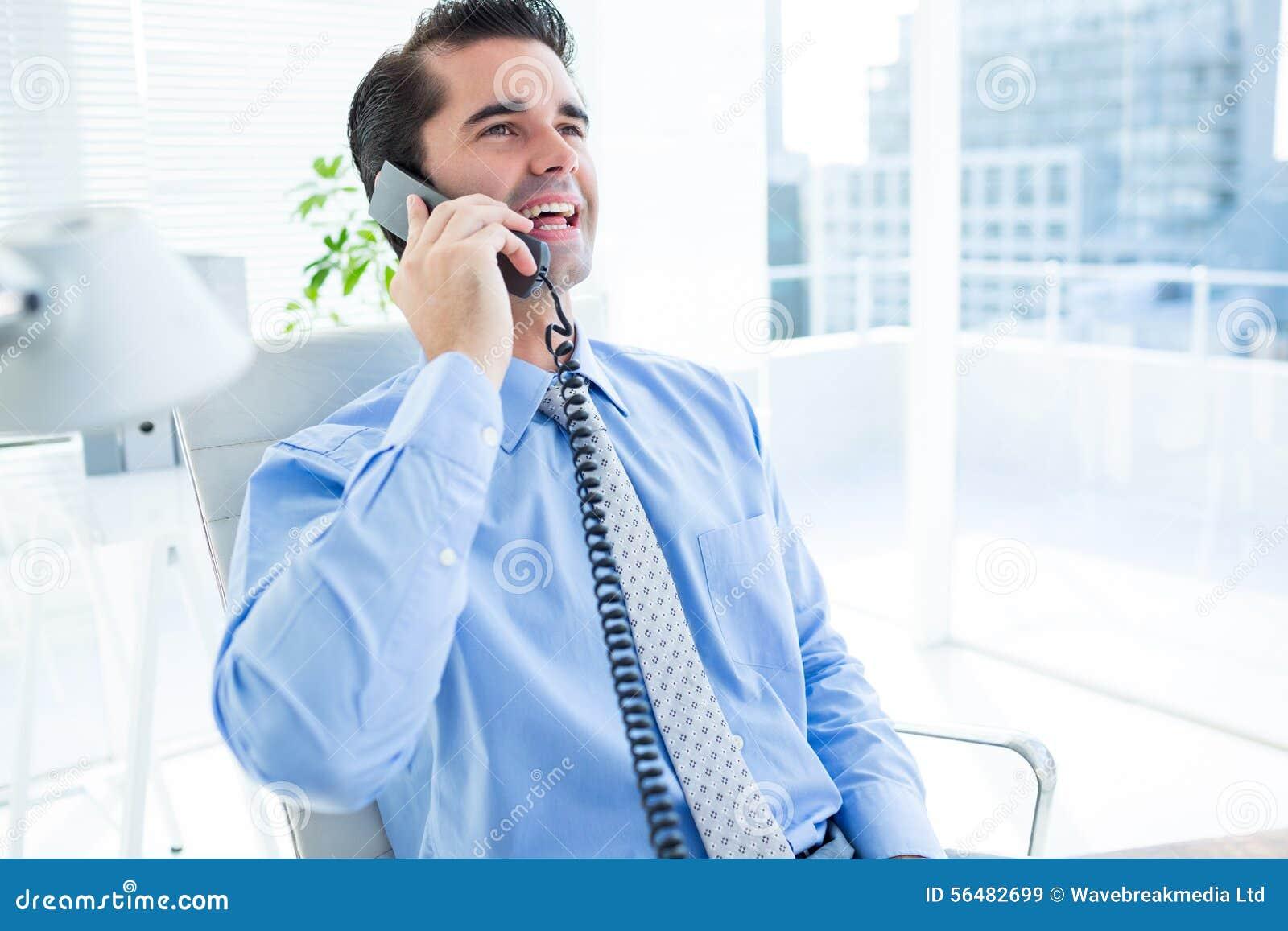 Téléphoner de sourire d homme d affaires