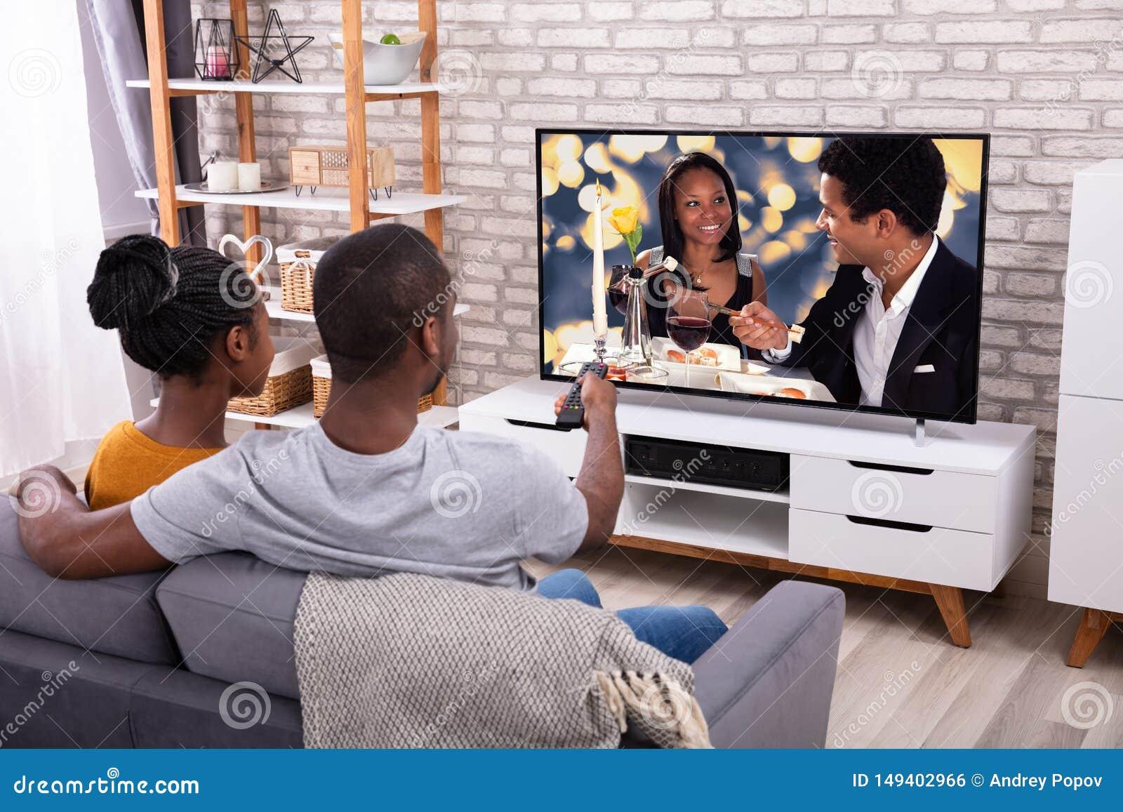 T?l?vision de observation de couples africains heureux