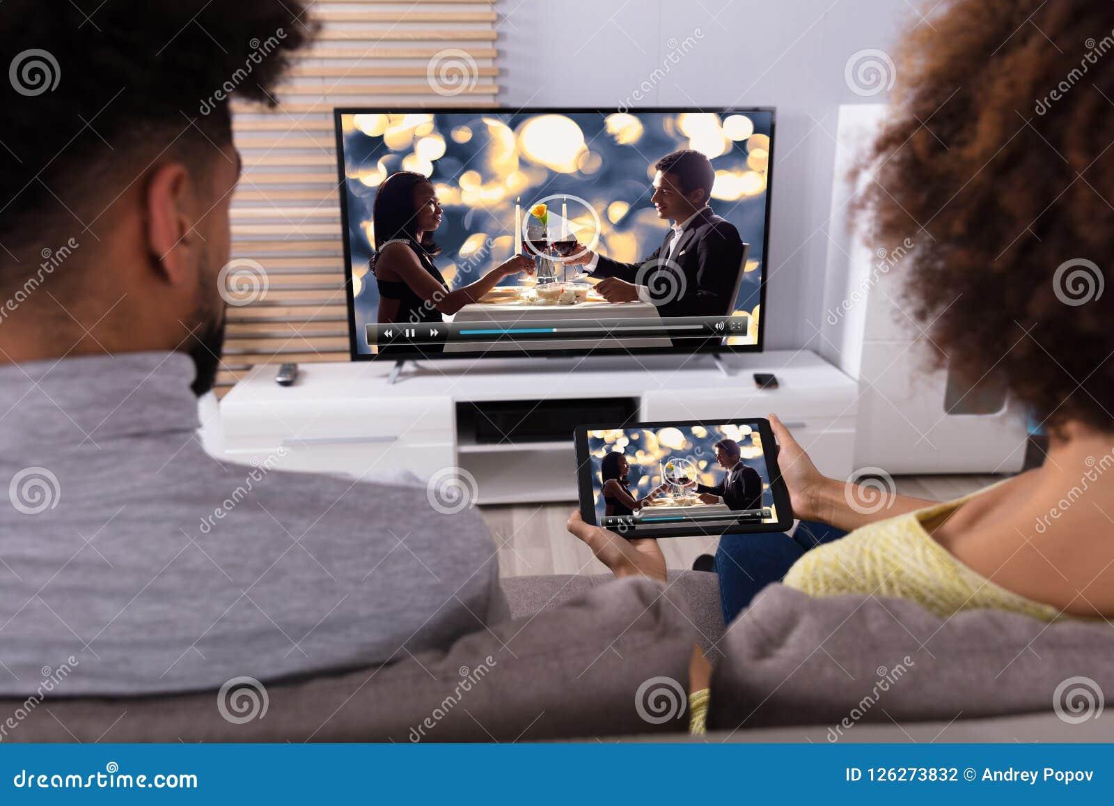Télévision se reliante de couples par WiFi sur la Tablette de Digital