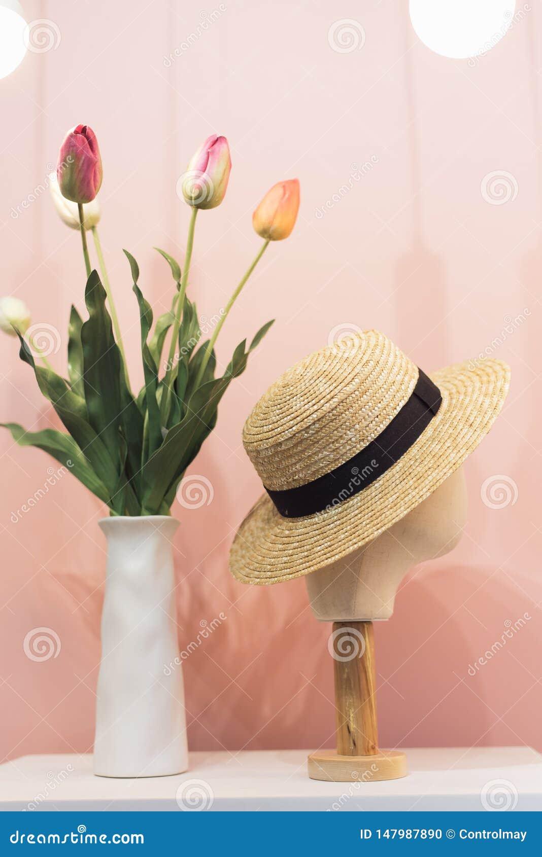 Tête de mannequin dans le chapeau de paille