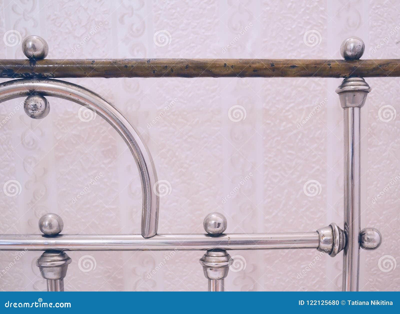Tete De Lit Porte De Grange tête de vieux plan rapproché de lit de fer photo stock