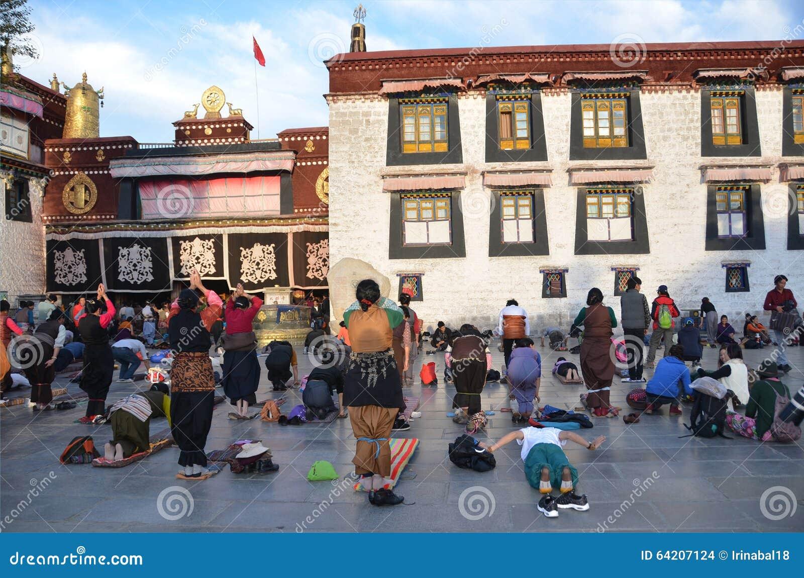 Tíbet, Lasa, China, octubre, 04, 2013 Los budistas hacen la prostración (prostración) antes del primer templo budista en Tíbet, J