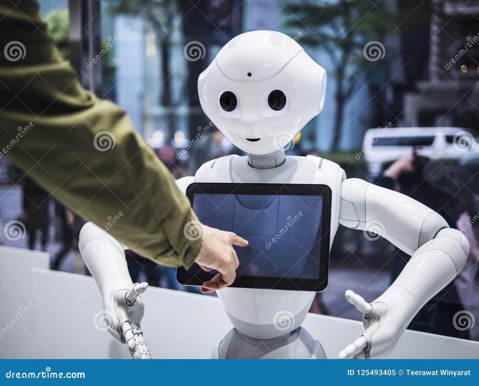TÓQUIO JAPÃO - 16 DE ABRIL DE 2018: Do tela táctil assistente da informação do robô da pimenta a tecnologia Humanoid comunica-se