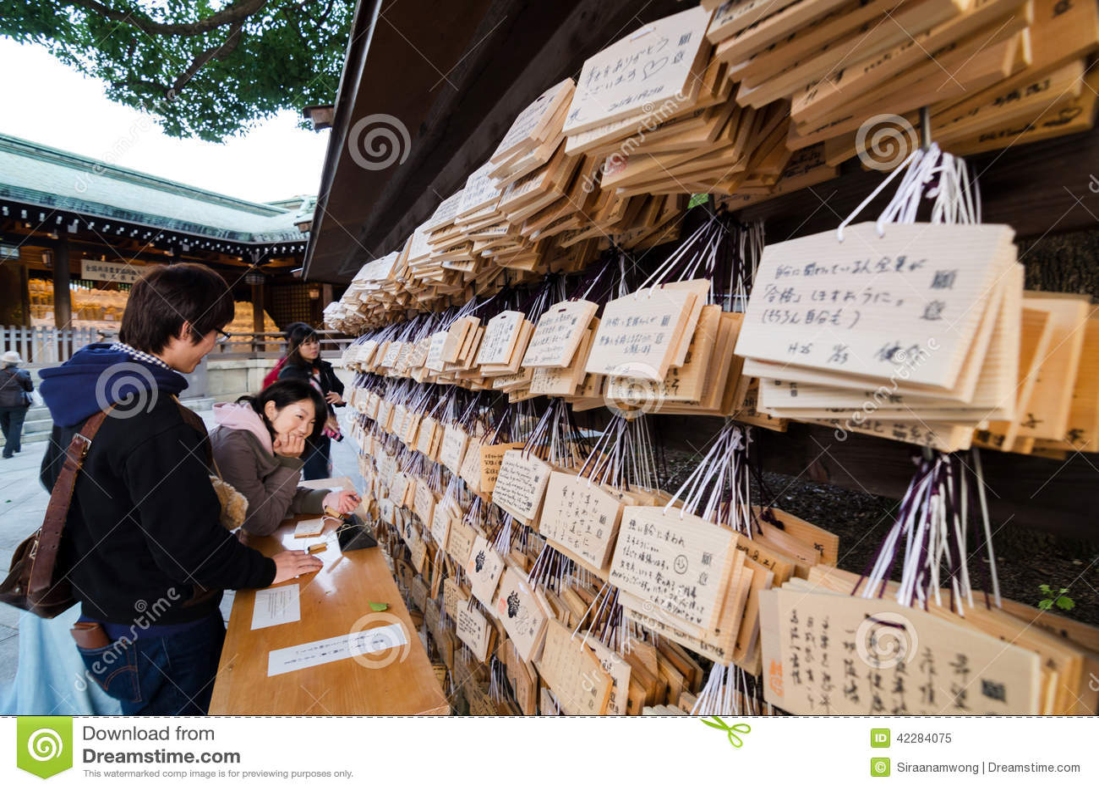 TÓQUIO, JAPÃO - 23 DE NOVEMBRO DE 2013: Povos que escrevem Ema Plaques em Meiji Jingu Shrine
