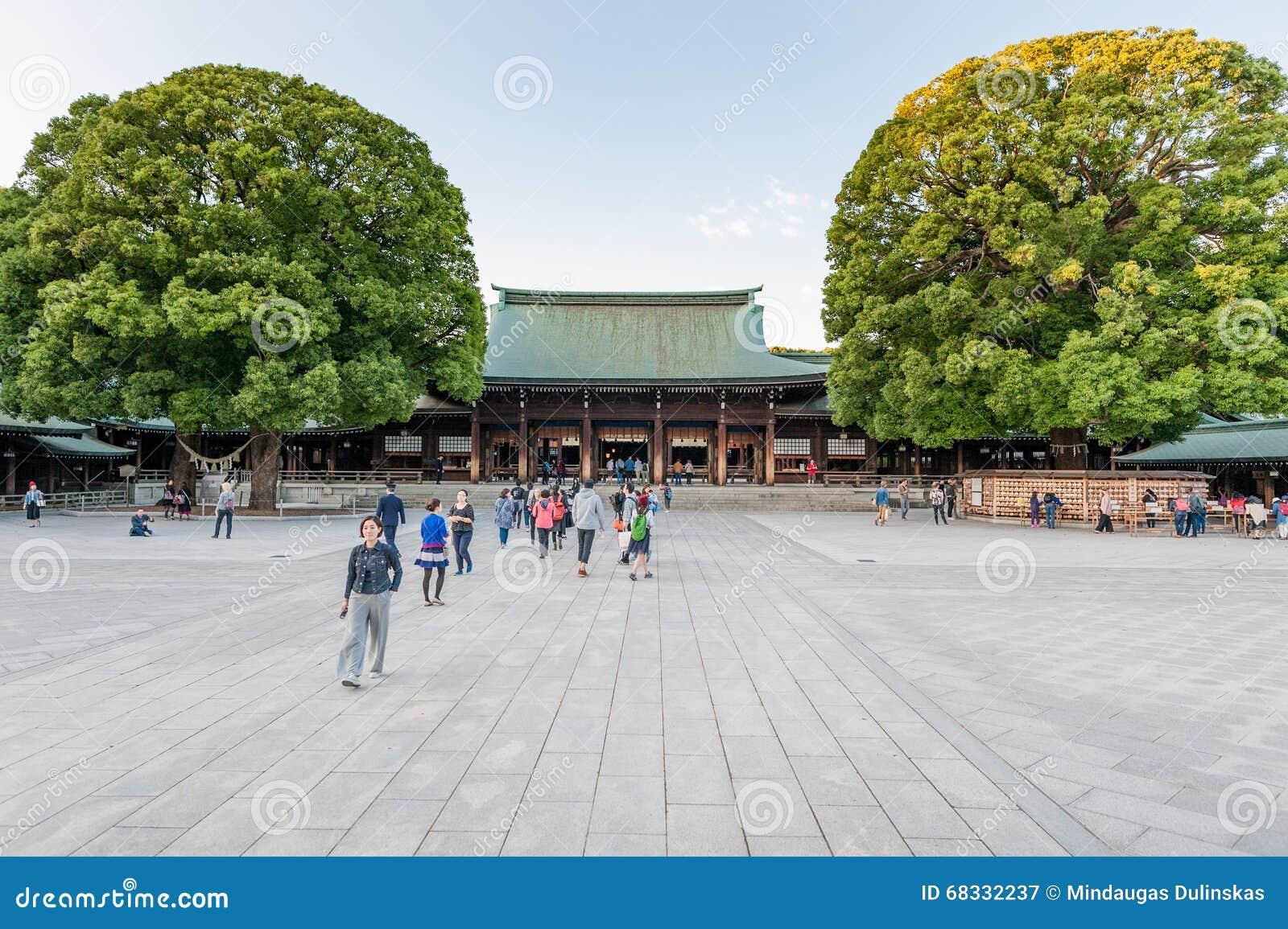 TÓQUIO, JAPÃO - 7 DE OUTUBRO DE 2015: Entrada a Meiji Shrine imperial situada em Shibuya, santuário do Tóquio que é dedicado ao d