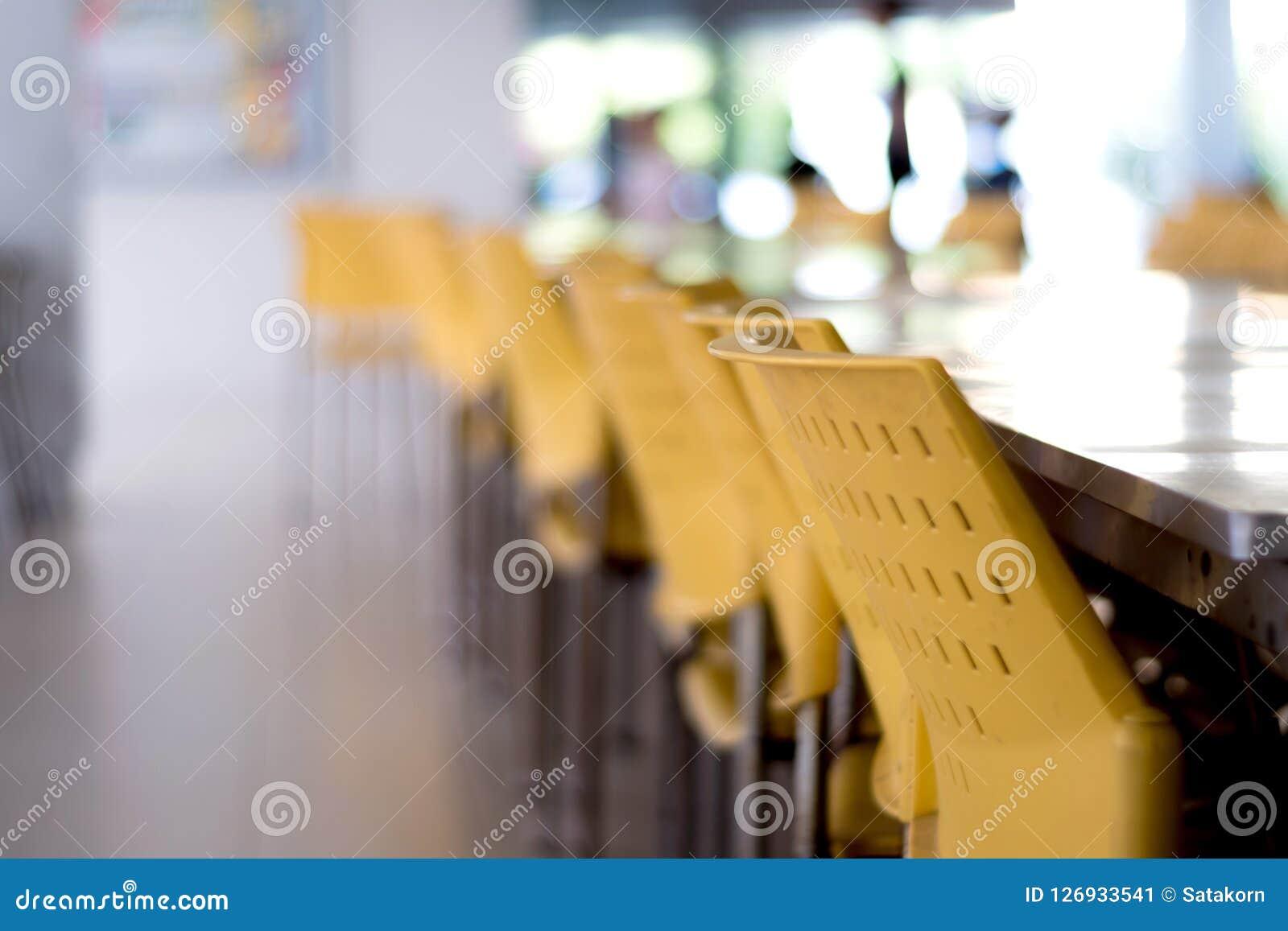 Töm tabeller och stolar som inget sitter i kafeterian