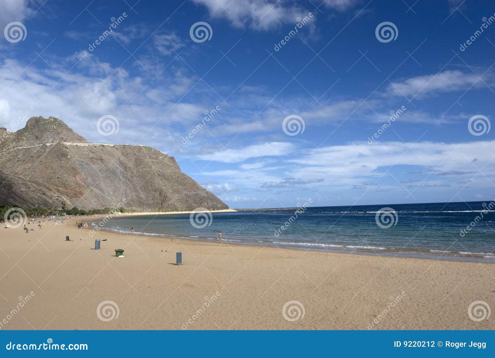 Tömmer blåa oklarheter för strand den trevliga skyen