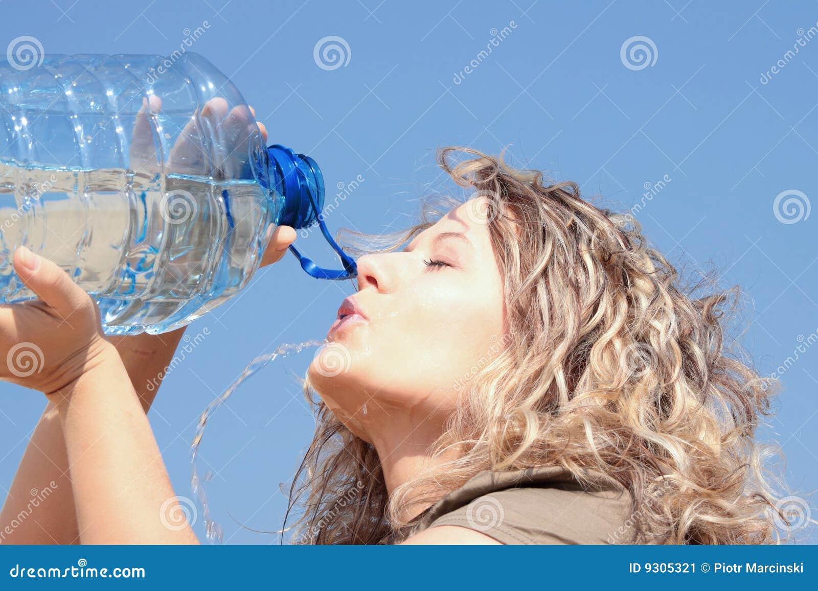 Törstig kvinna för blond öken