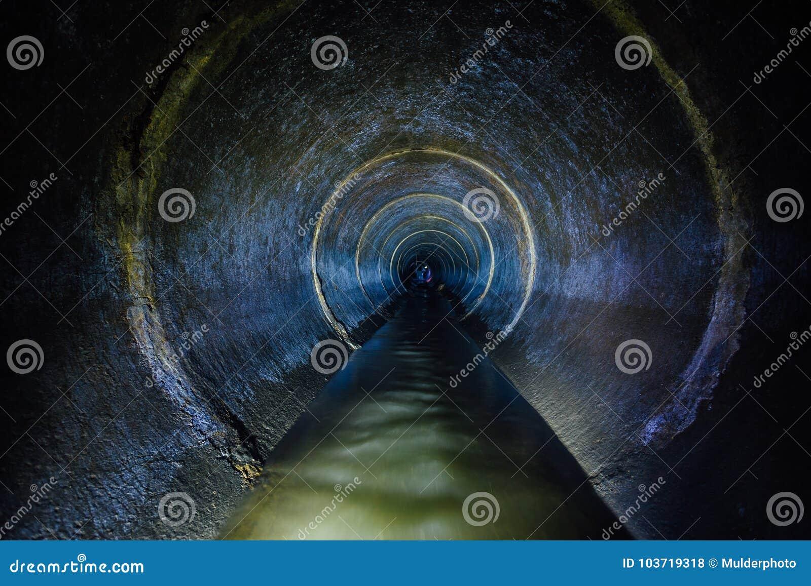 Túnel concreto redondo do esgoto subterrâneo da obscuridade Tubulação de esgoto de fluxo do lance das águas residuais industriais