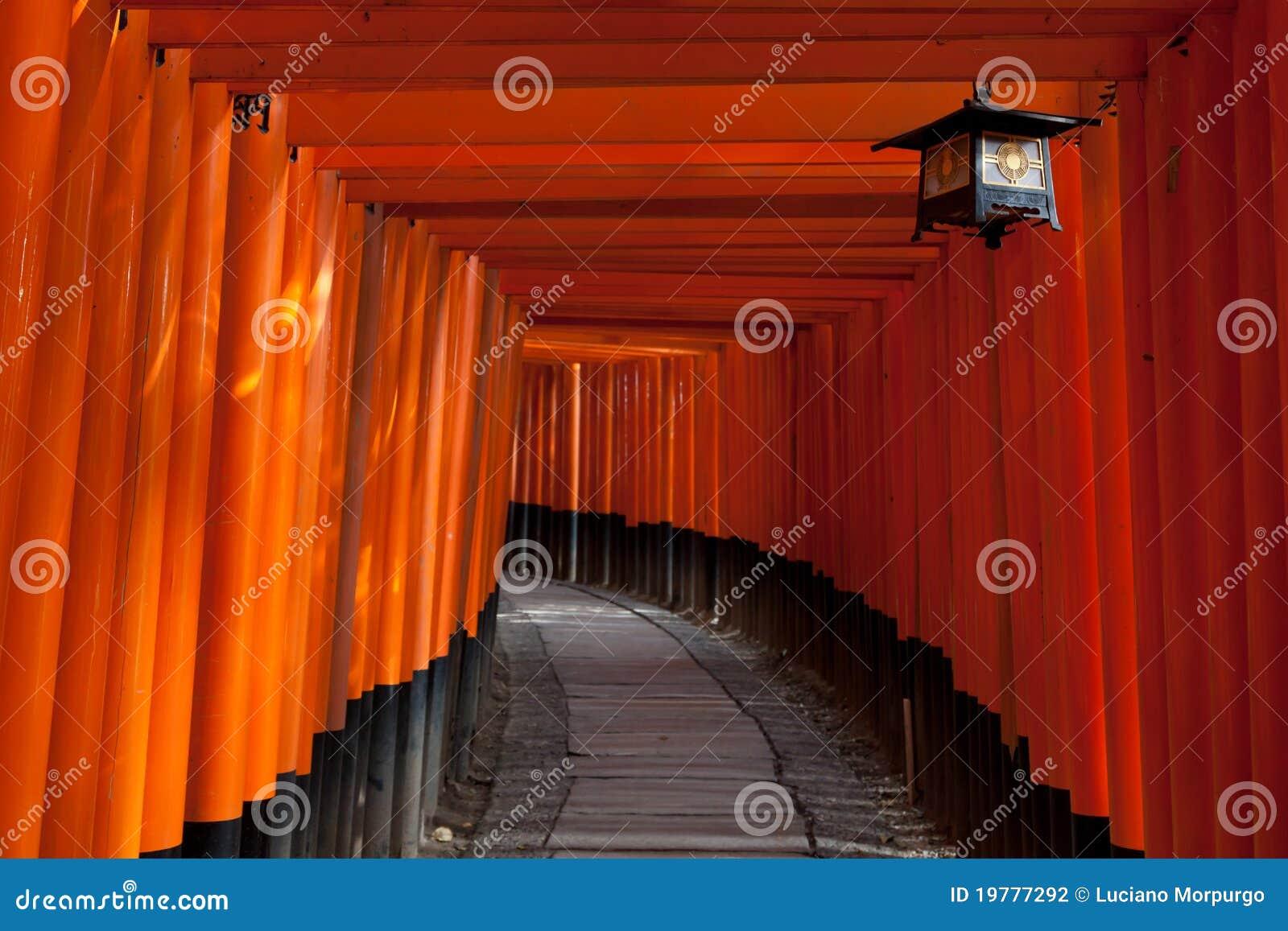 Túnel de la puerta en la capilla de Fushimi Inari - Kyoto, Japón