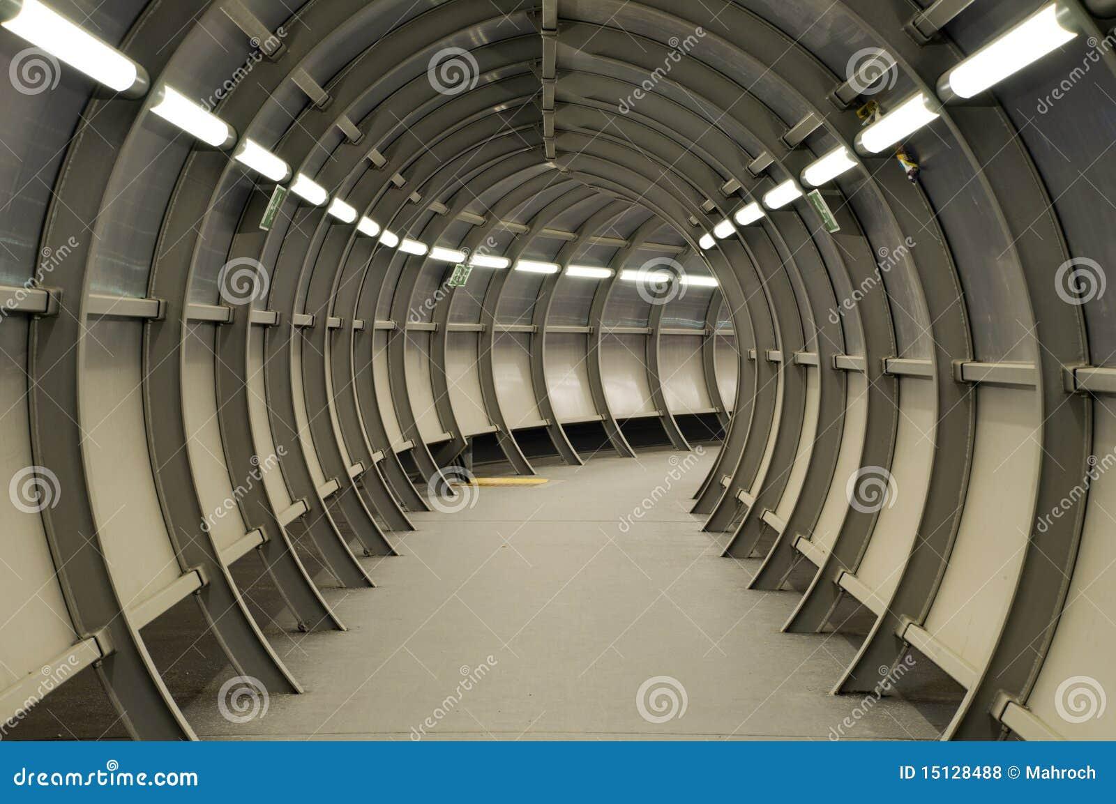 Túnel feito da construção do metal