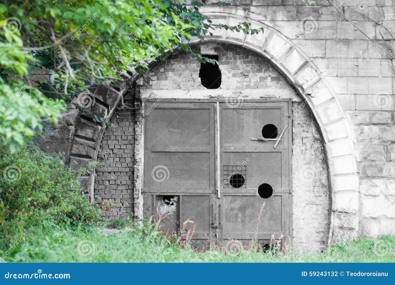 Download Túnel sellado viejo foto de archivo. Imagen de vegetación - 59243132