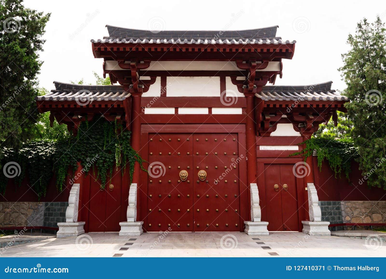 Tür der chinesischen Art in einem buddhistischen Tempel - XI `, China
