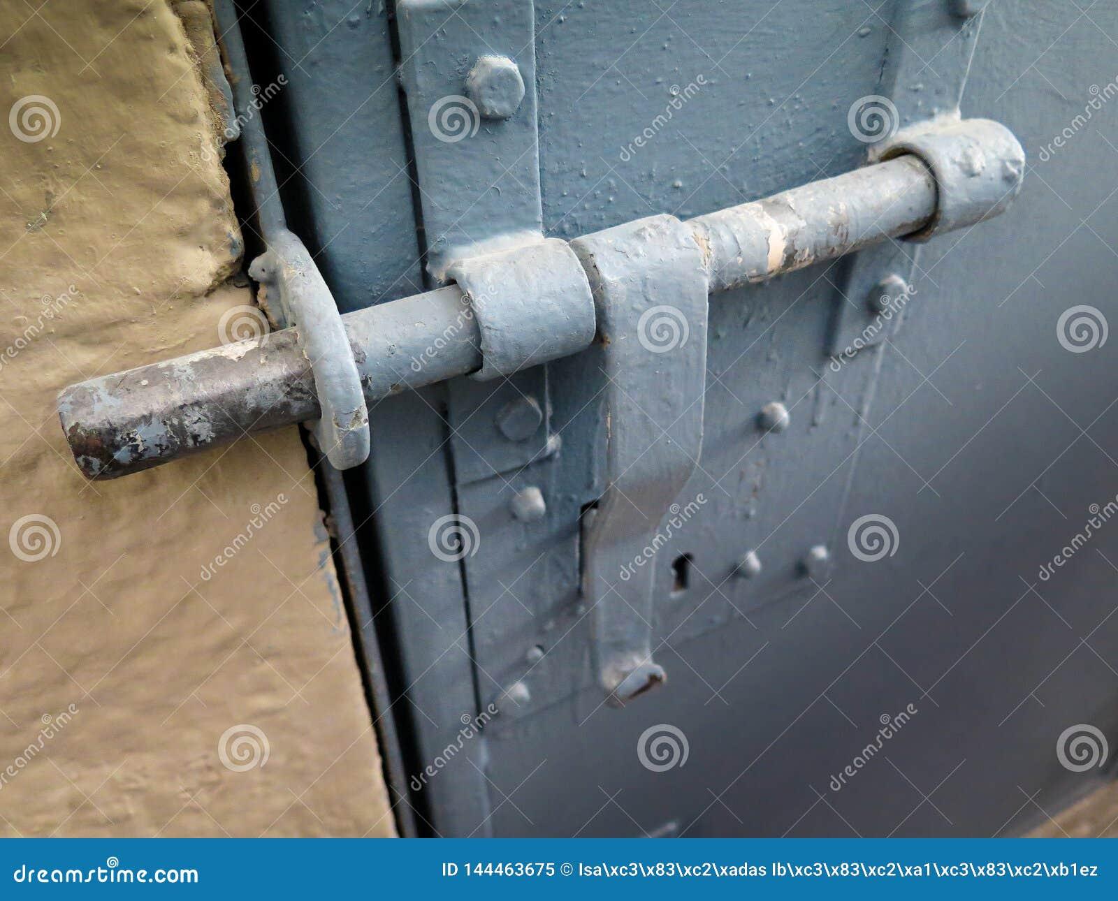 Tür zugeschlossen mit Eisenklinke