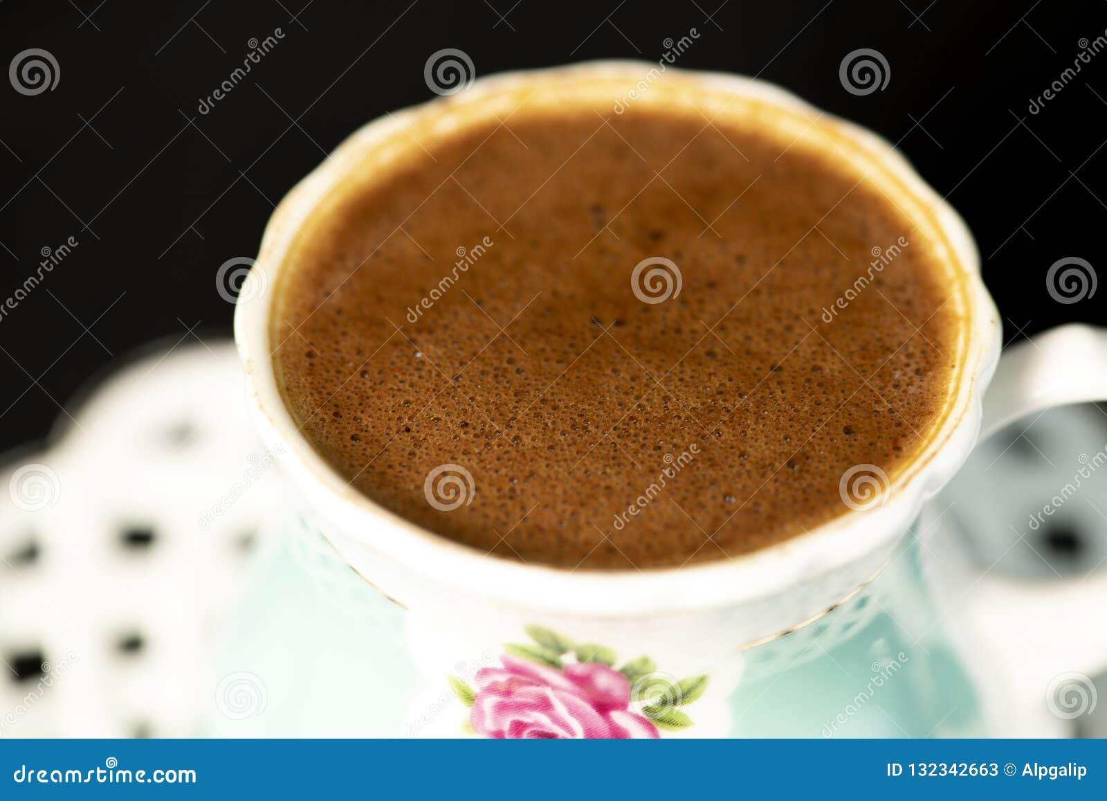 Türkischer Kaffee und Glas Wasser