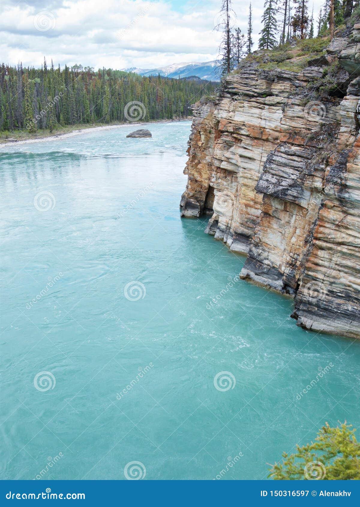 Türkisfluß Athabasca, das um malerische Felsen fließt