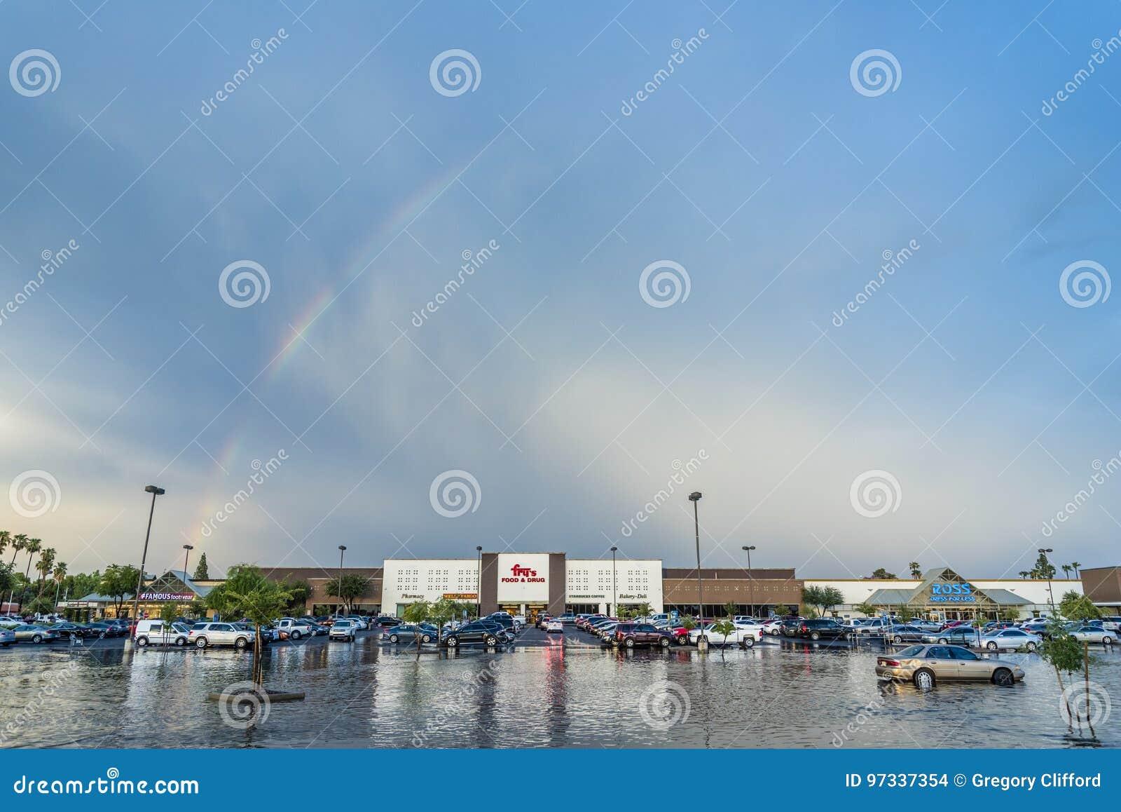 Tęcza nad dłoniaka ` s supermarketem