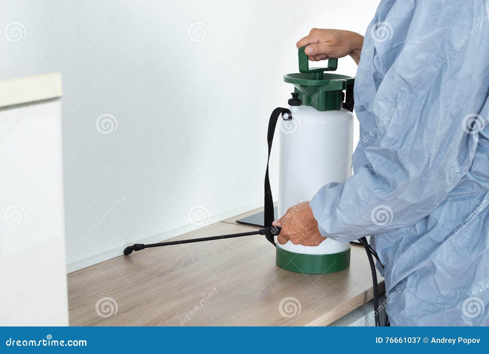 Tępiciela opryskiwania pestycyd Na Kuchennym kontuarze