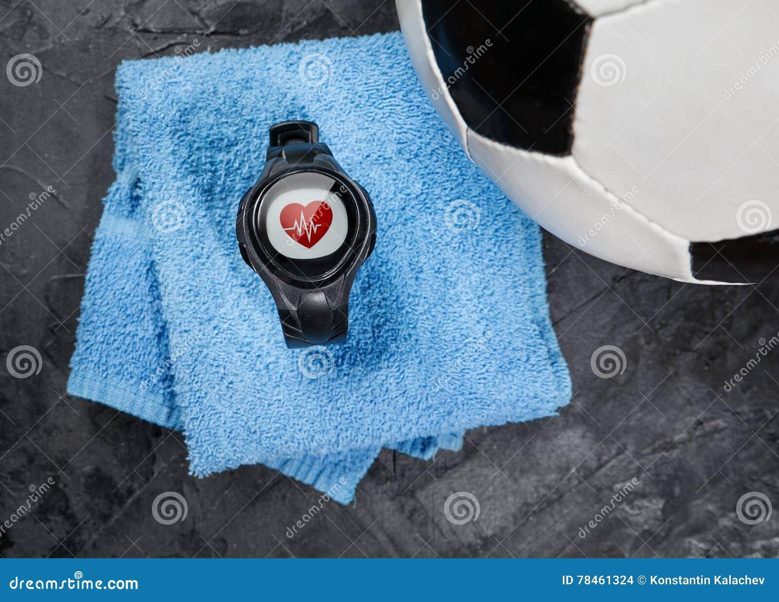 Tętno monitor na błękitnej ręcznikowej pobliskiej piłki nożnej piłce