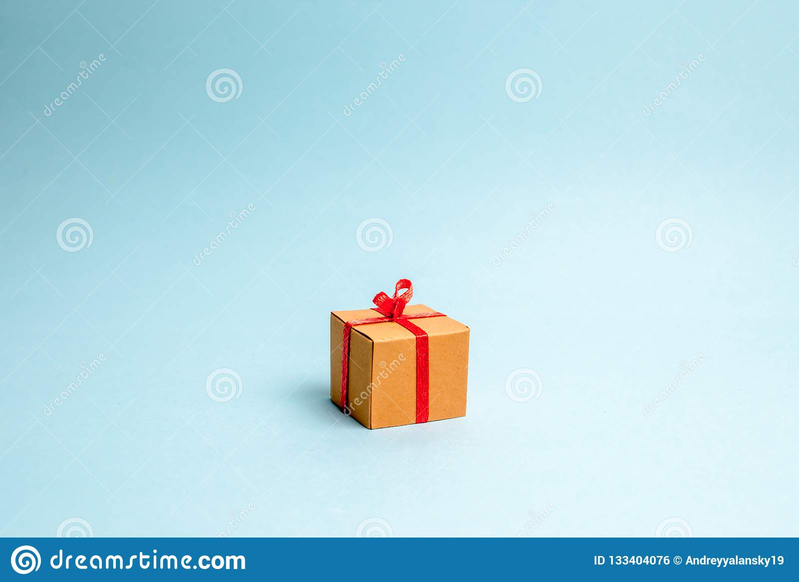 Tła błękitny pudełka prezent minimalista Podejście nowego roku urodziny lub wakacje Sprzedaż prezenty, specjalna promocja