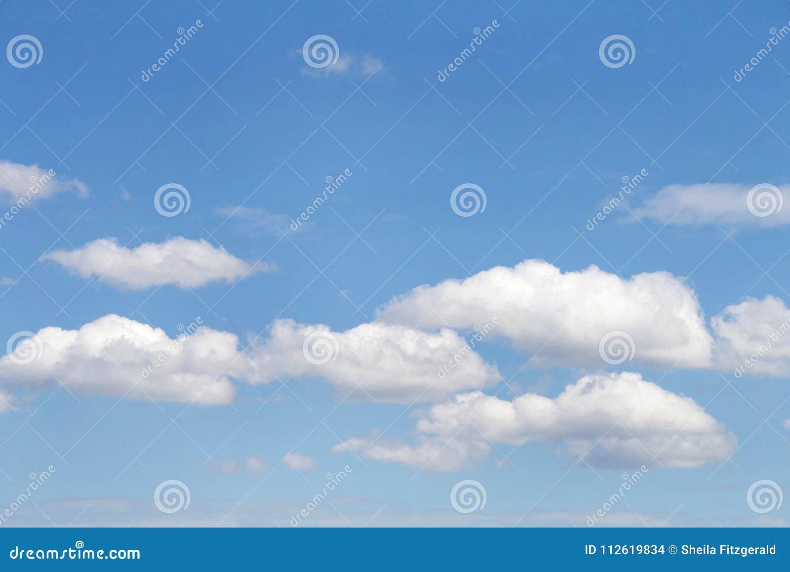 Tła cloudscape cumulusu chmury przeciw niebieskiemu niebu